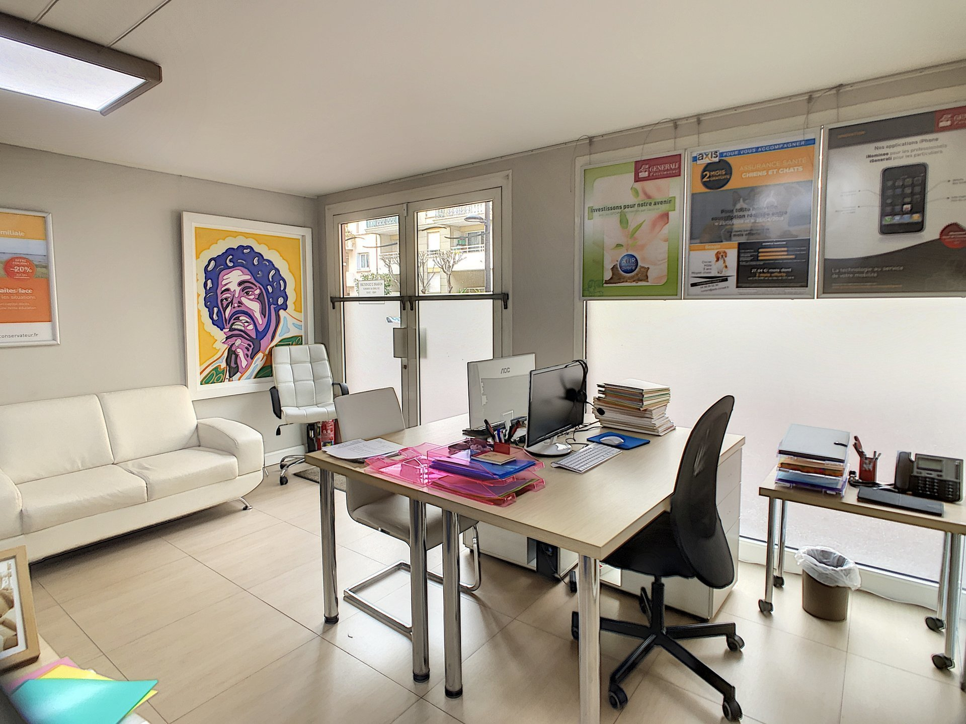 Bureau moderne avec vitrine, terrasse privatif et piscine