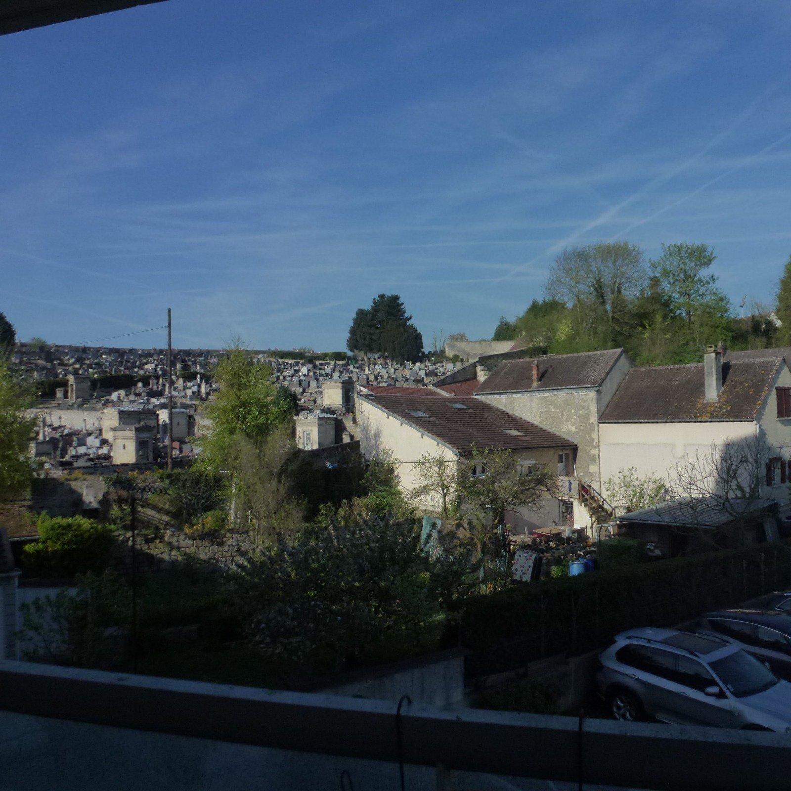 Appartement en centre ville de Creil avec une place parking privative , balcon
