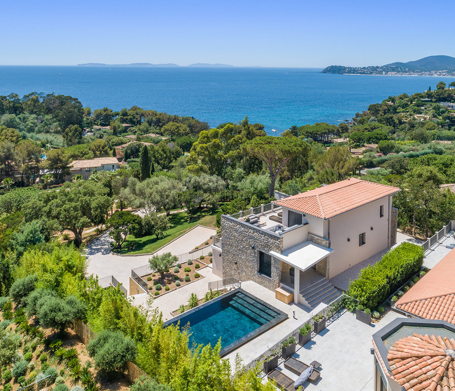 VILLA IN A DOMAIN WITH PANORAMIC SEA VIEW