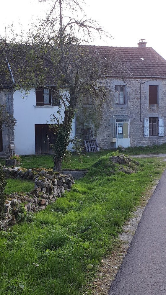 Farmhouse with barn on 32,5 acres land for sale in Limousin