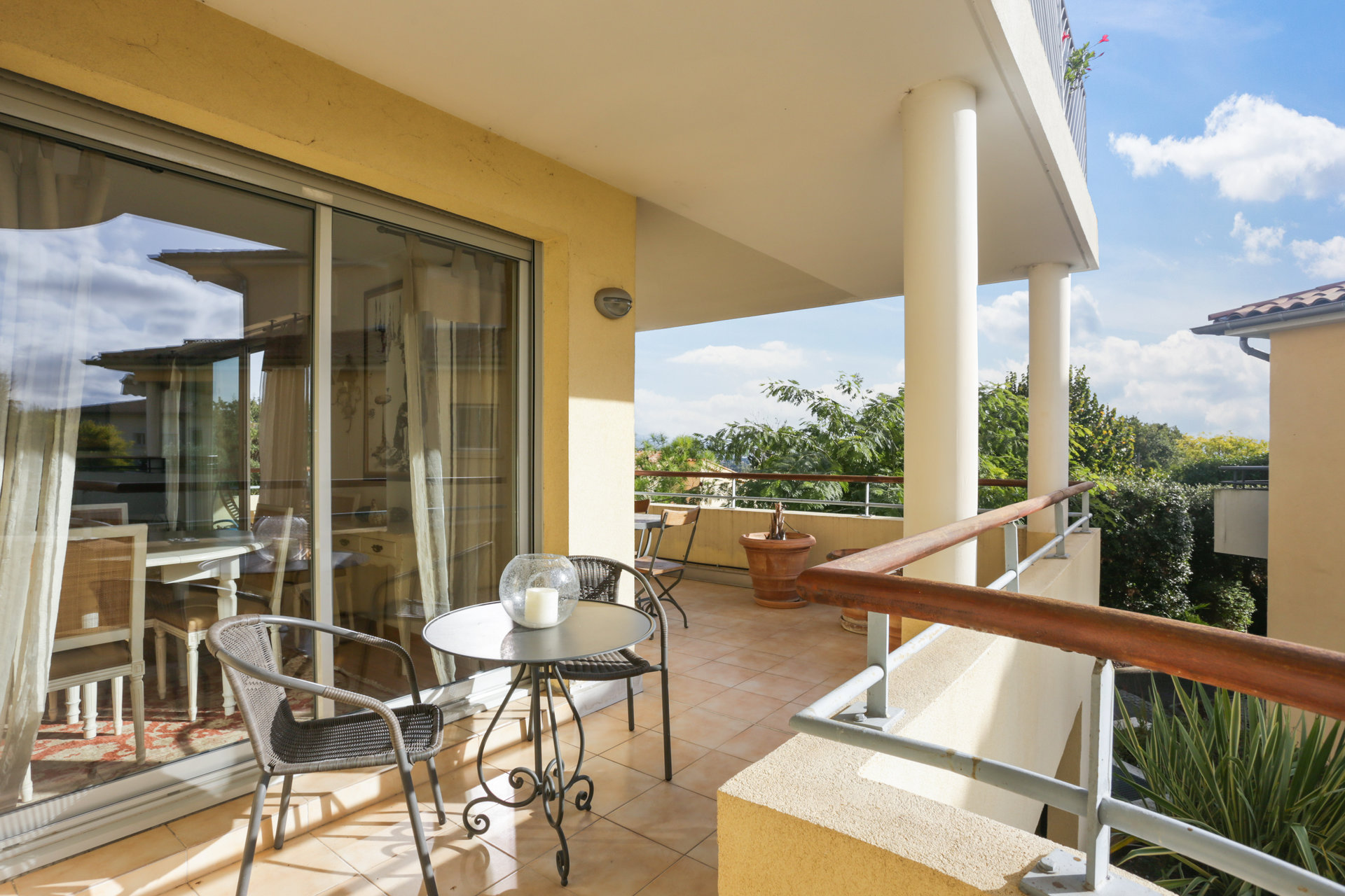 SOLE AGENT - Bright 2 bedroom apartment (88 m²) with large terraces in residence with pool