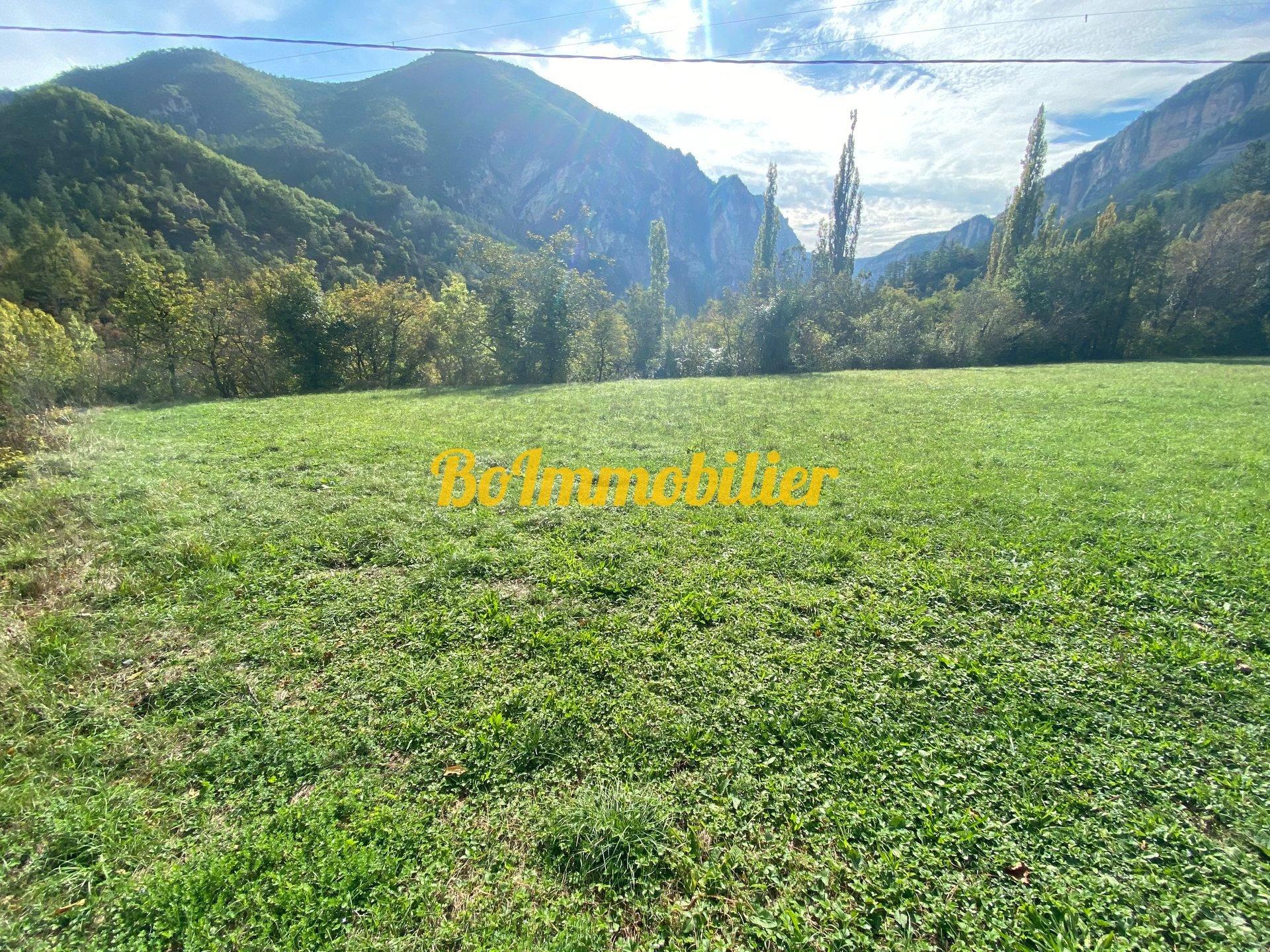 Magnifique terrain de 1 hectare + grange à rénover d'environ 60m²