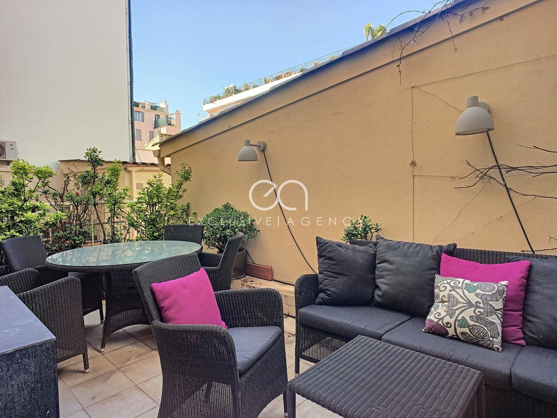 Long term rentals Cannes rue d'Antibes 45sqm 1 bedroom apartment with 18m² terrace.