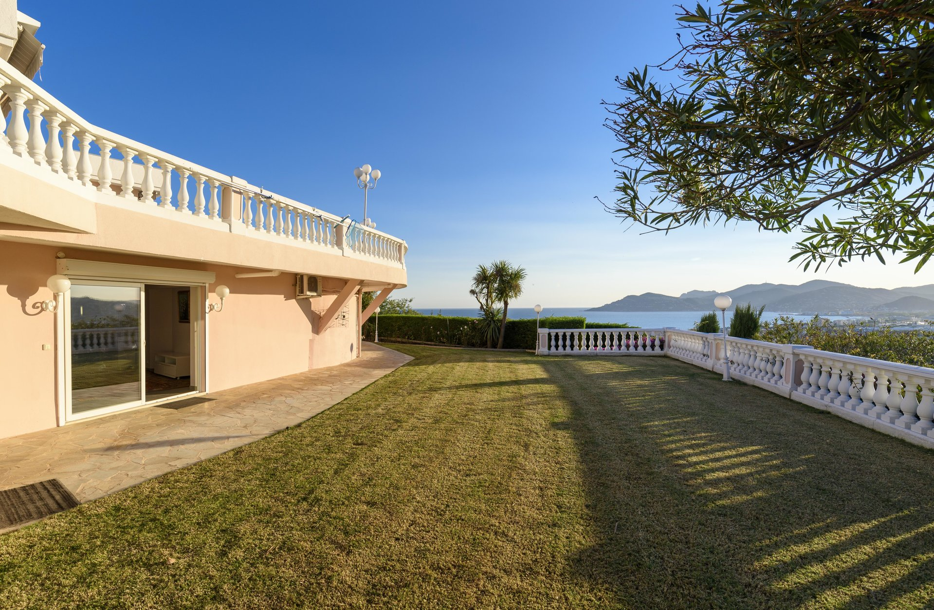 CALIFORNIAN VILLA WITH PANORAMIC VIEW ON THE SEA AND ON THE ESTEREL
