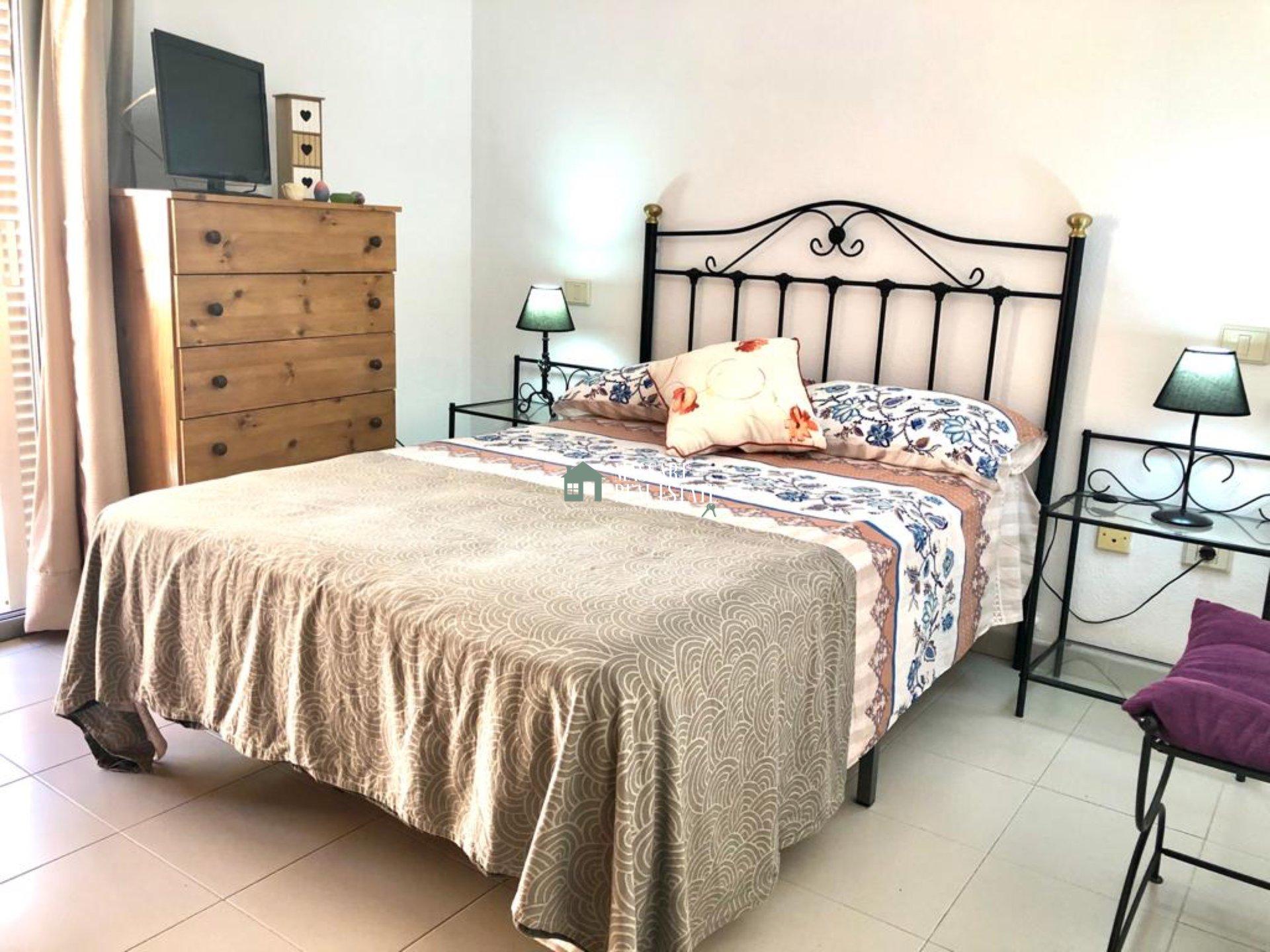 In affitto in una zona centrale di Adeje, Los Olivos, duplex completamente arredato in ottime condizioni.