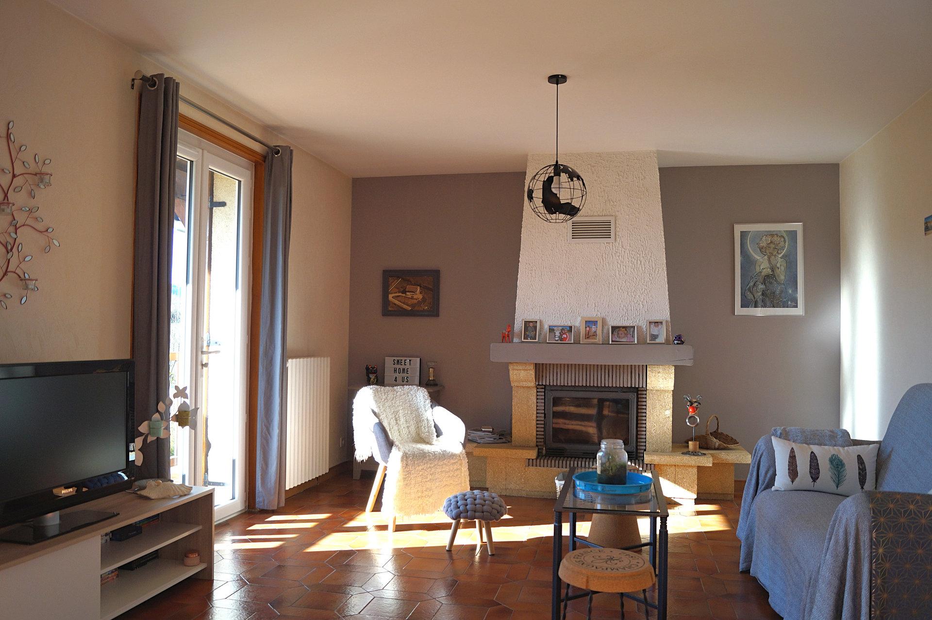 Proche d'un bourg et de ses commerces, à seulement 15 min de MACON, découvrez cette maison traditionnelle de 122 m² environ, bénéficiant d'une belle vue privilégiée. Elevée sur sous-sol complet, elle comprend un séjour double avec cheminée, une cuisine indépendante équipée, 3 chambres dont une de 17 m² environ, une salle de bains et un WC. Le sous-sol semi-enterré comprend un garage, un atelier, une buanderie, une cave et deux pièces habitables. Vous apprécierez son grand terrain de 1978 m² et l'absence de vis-à-vis. De nombreux travaux de rénovation ont été réalisés : menuiseries PVC double vitrage, portail de garage automatique, pompe à chaleur pour le chauffage central... Une terrasse couverte, un abri de jardin et un abri véhicules viennent compléter cette maison familiale et fonctionnelle. A découvrir au plus vite! Honoraires à la charge du vendeur.