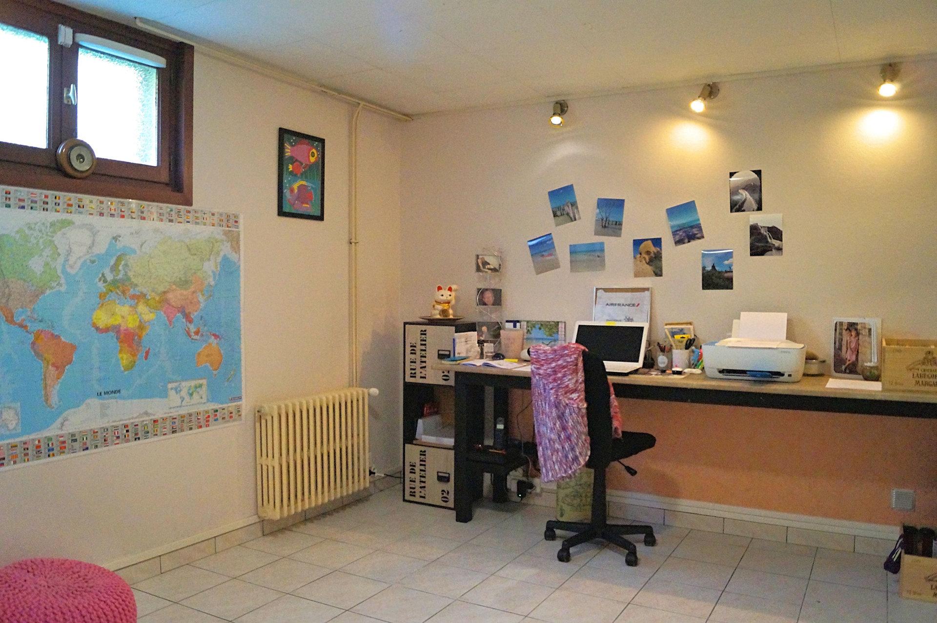 SOUS COMPROMIS DE VENTE - Proche d'un bourg et de ses commerces, à seulement 15 min de MACON, découvrez cette maison traditionnelle de 122 m² environ, bénéficiant d'une belle vue privilégiée. Elevée sur sous-sol complet, elle comprend un séjour double avec cheminée, une cuisine indépendante équipée, 3 chambres dont une de 17 m² environ, une salle de bains et un WC. Le sous-sol semi-enterré comprend un garage, un atelier, une buanderie, une cave et deux pièces habitables. Vous apprécierez son grand terrain de 1978 m² et l'absence de vis-à-vis. De nombreux travaux de rénovation ont été réalisés : menuiseries PVC double vitrage, portail de garage automatique, pompe à chaleur pour le chauffage central... Une terrasse couverte, un abri de jardin et un abri véhicules viennent compléter cette maison familiale et fonctionnelle. A découvrir au plus vite! Honoraires à la charge du vendeur.