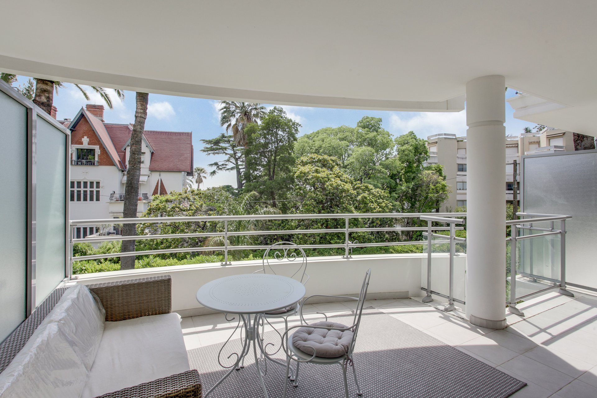 Modern 1 bedroom apartment with terrace and garage in wonderful Cannes Californie