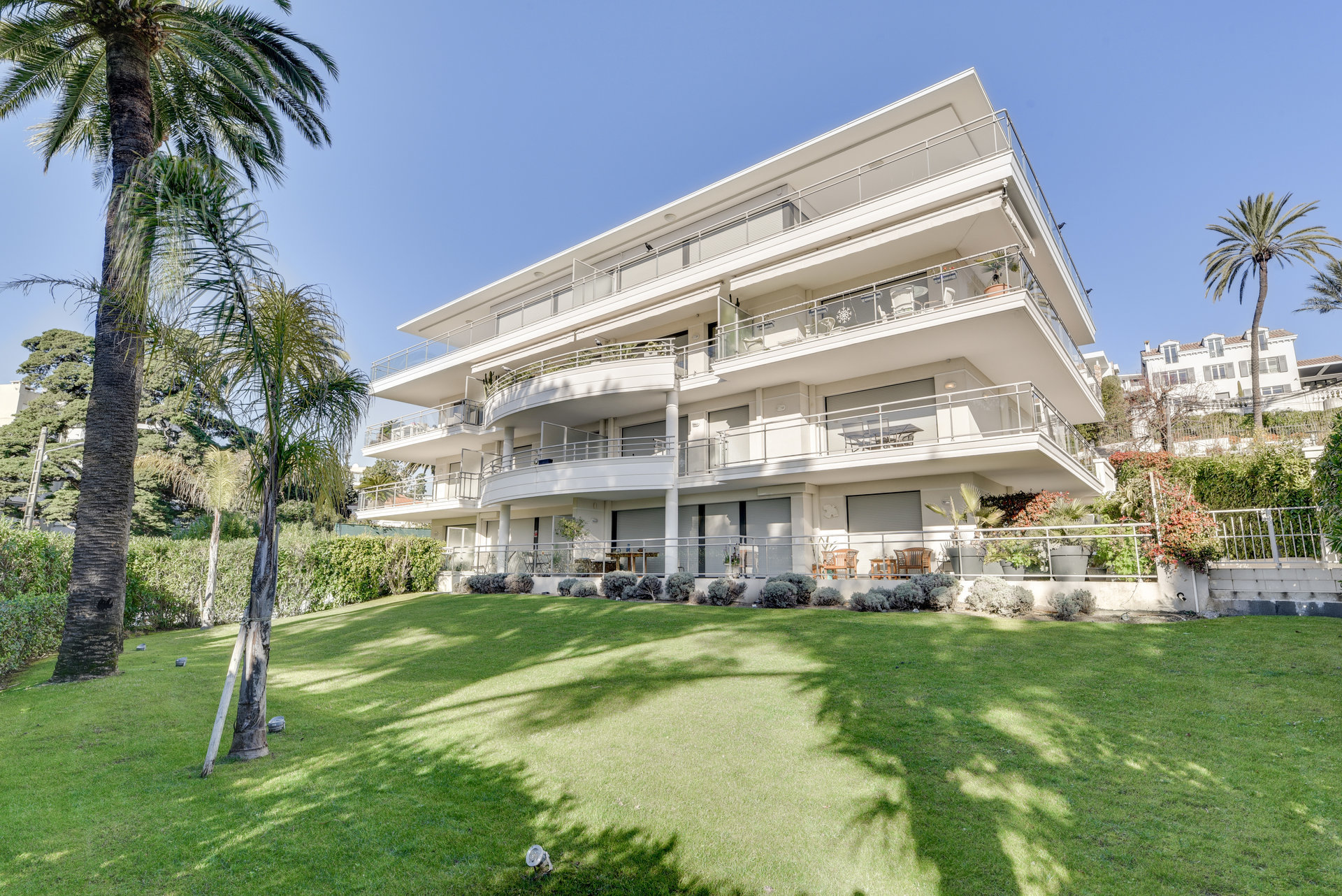 Modern 1 bedroom apartment with terrace and garagein wonderful Cannes Californie.