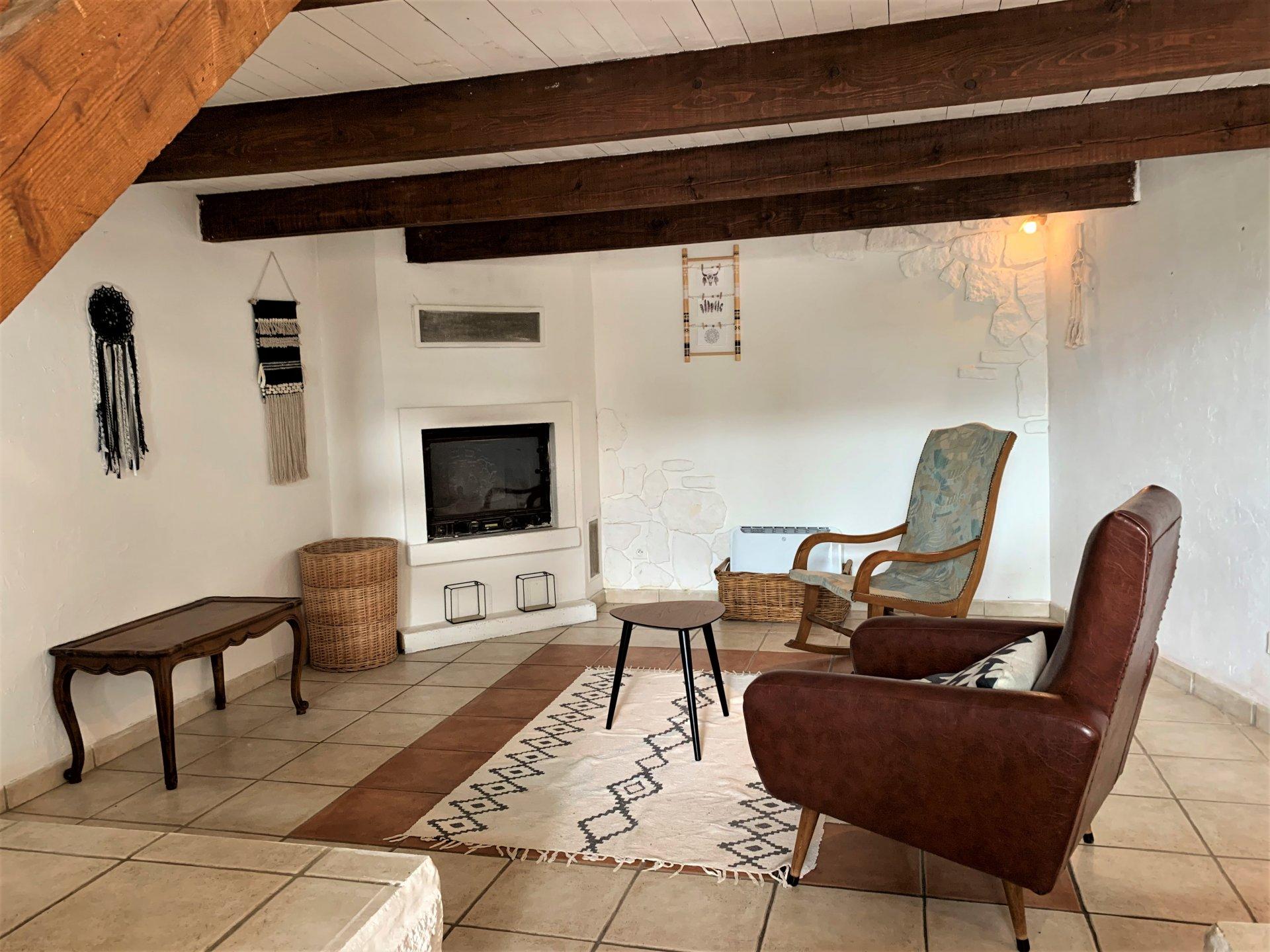 Maison étage avec terrasse et cour