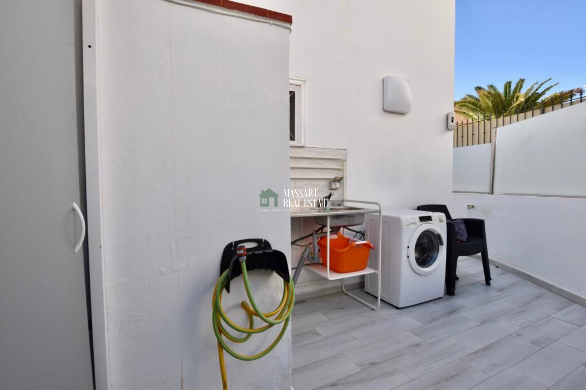 FOR SALE in Torviscas Alto, 275 m2 corner townhouse characterized by having a wonderful private terrace and offering beautiful views of the sea.