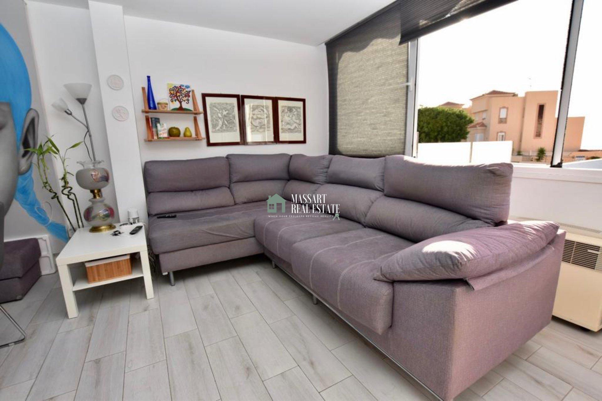 EN VENTA en Torviscas Alto, adosado de esquina de 275 m2 caracterizado por  disponer de una maravillosa terraza privada y por ofrecer hermosas vistas al mar.