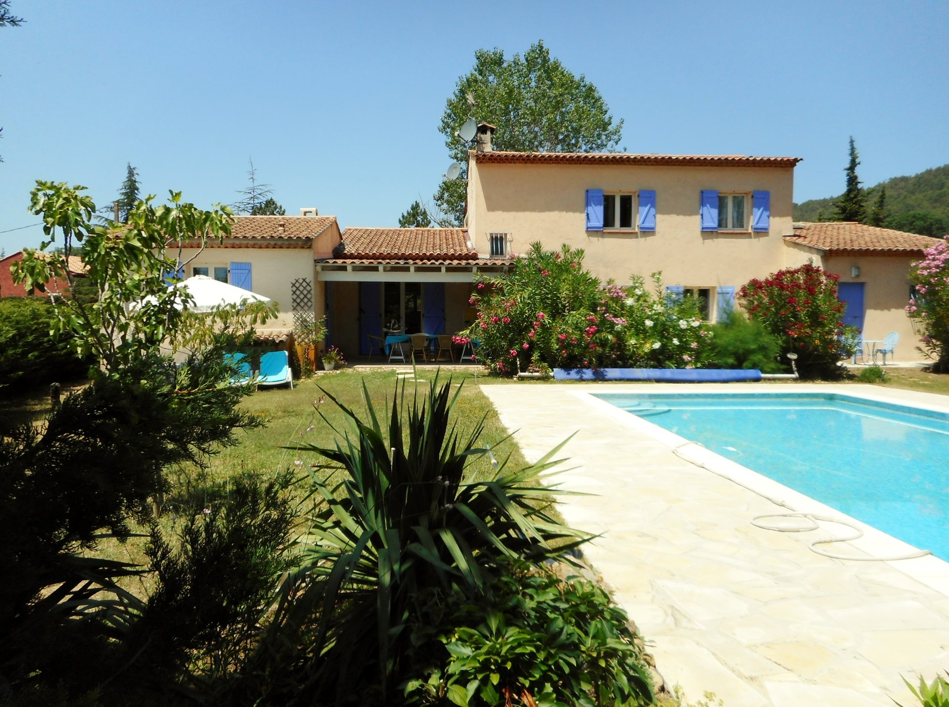 Spacious villa with guest house and swimming pool