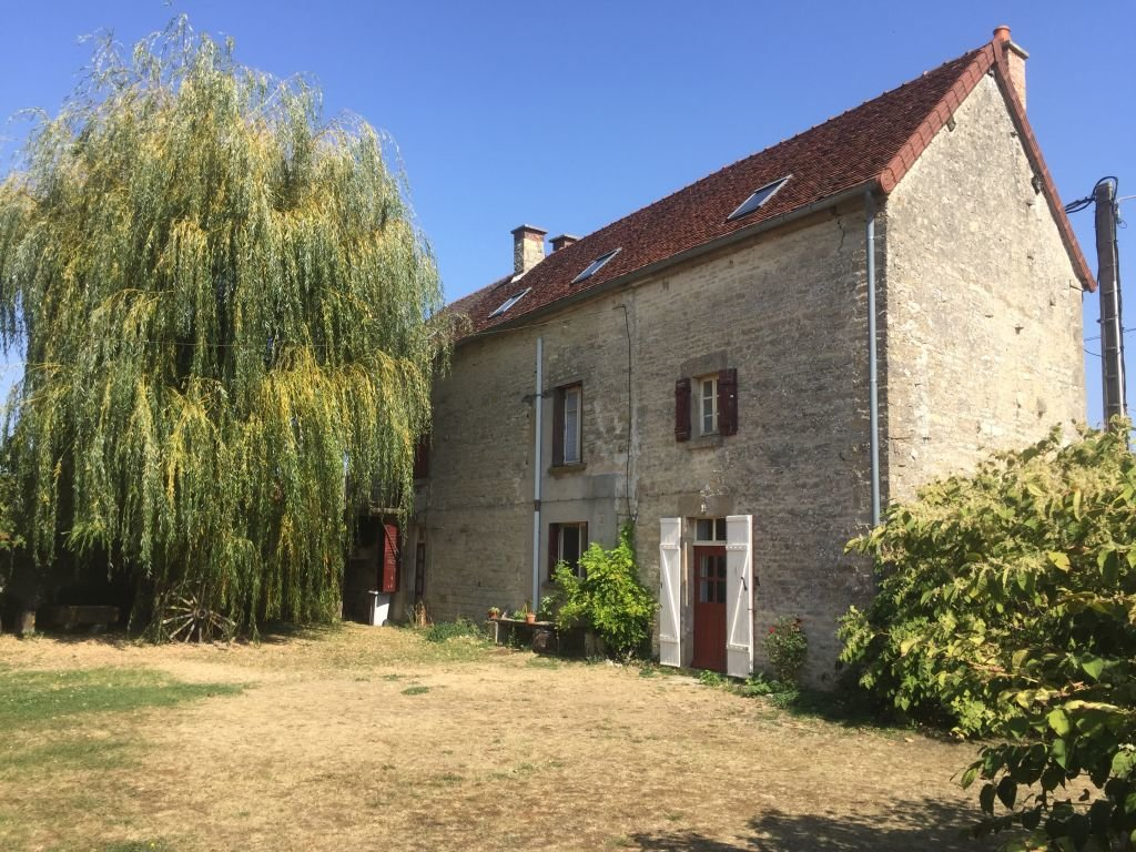 YONNE - Old farmstead with outbuidlings on 2.774 m2
