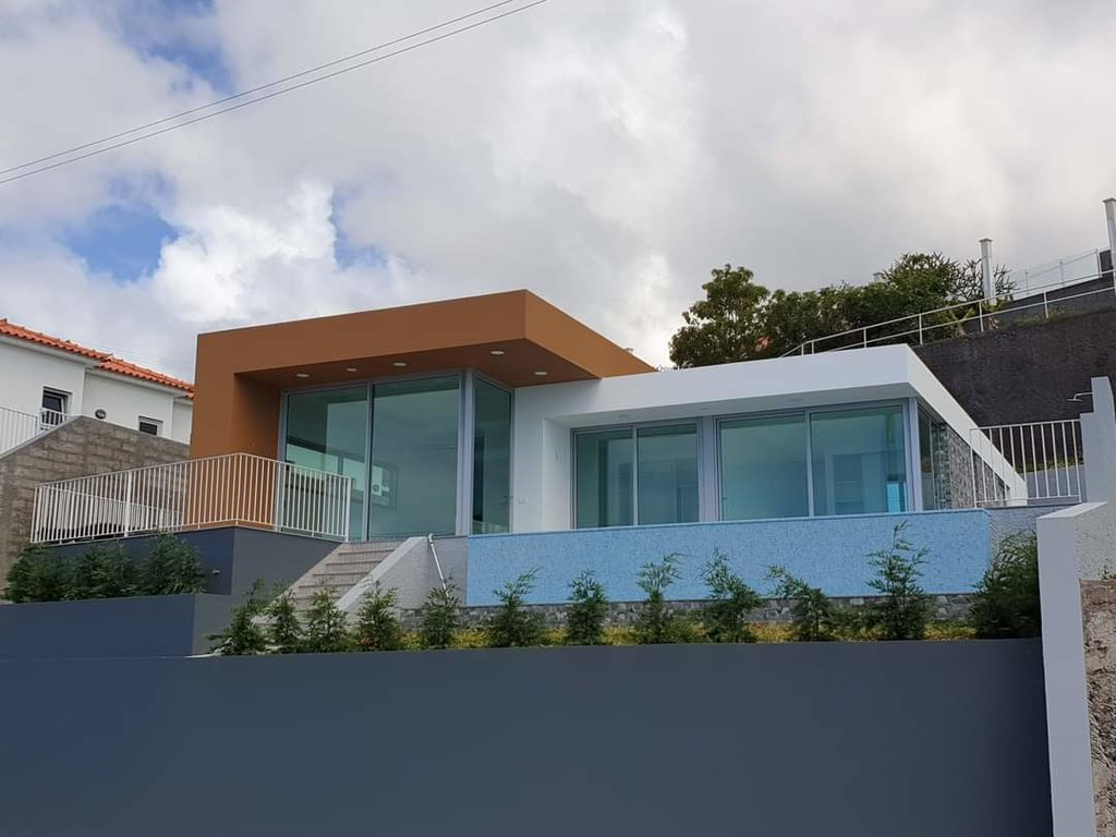 Contemporary single storey villa with swimming pool and panoramic ocean views.