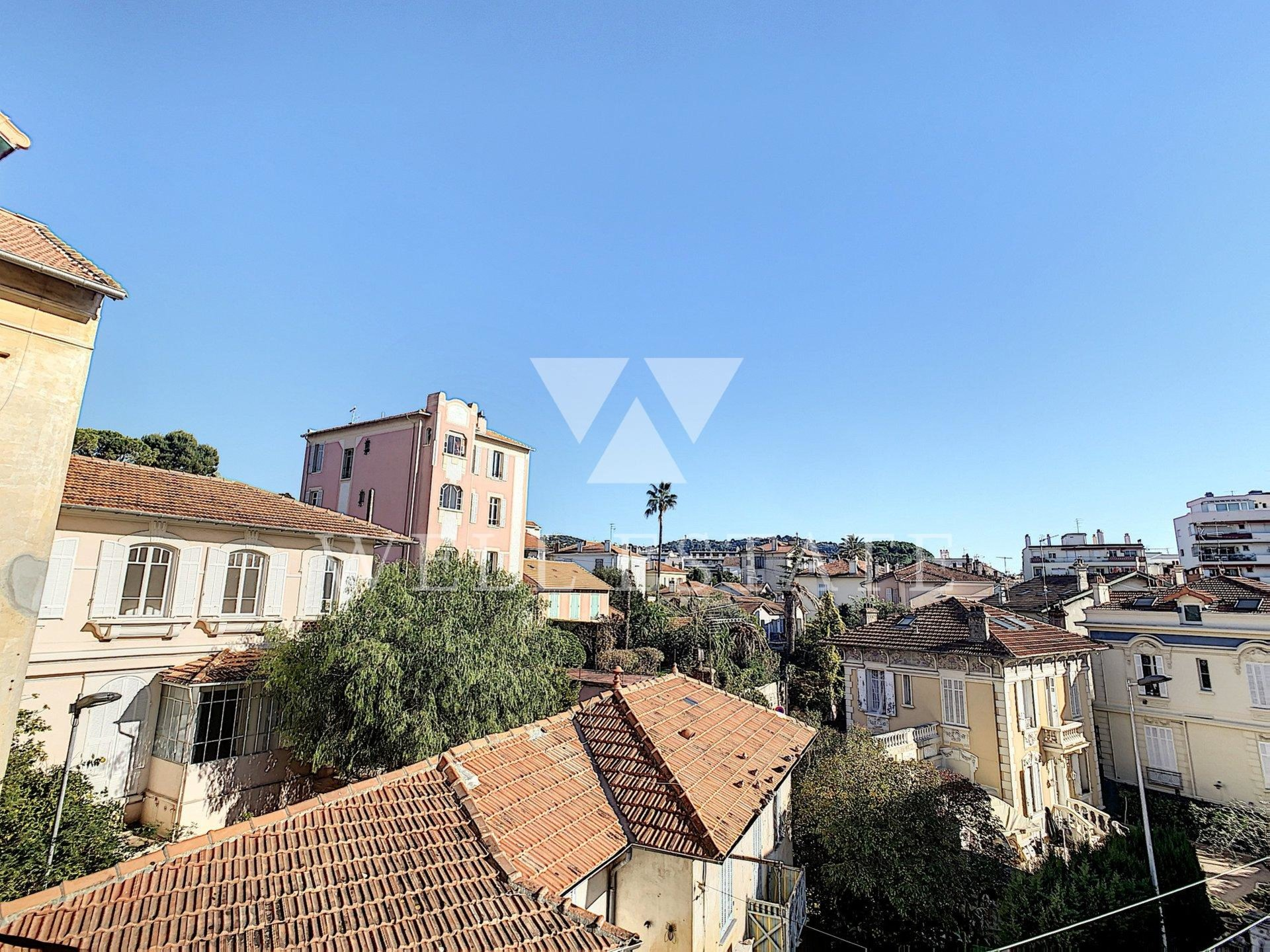 RENOVATED 3-ROOM APARTMENT 54 M2 NEAR THE CANNES CENTER