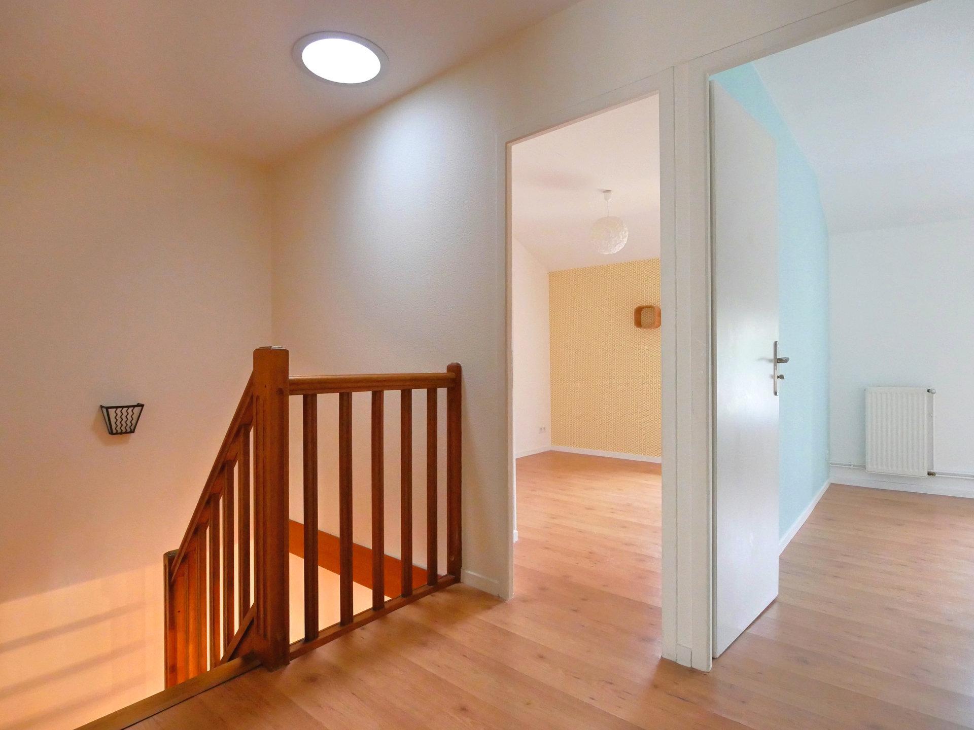 Tout proche du centre-ville, et de toutes les commodités, découvrez ce duplex de 100 m², avec 4 chambres, situé dans une petite copropriété sans charges. Situé au premier étage, il comprend une entrée, une cuisine équipée ouverte sur le séjour, un WC et un accès au balcon exposé plein Sud, donnant sur une cour intérieure calme et sécurisée. L'étage offre 4 chambres avec placards, et une salle de bains. Un garage individuel et une pièce indépendante à aménager au RDC viennent compléter cet appartement  familial et fonctionnel. Bien soumis au régime de la copropriété, pas de charges. Honoraires à la charge du vendeur.