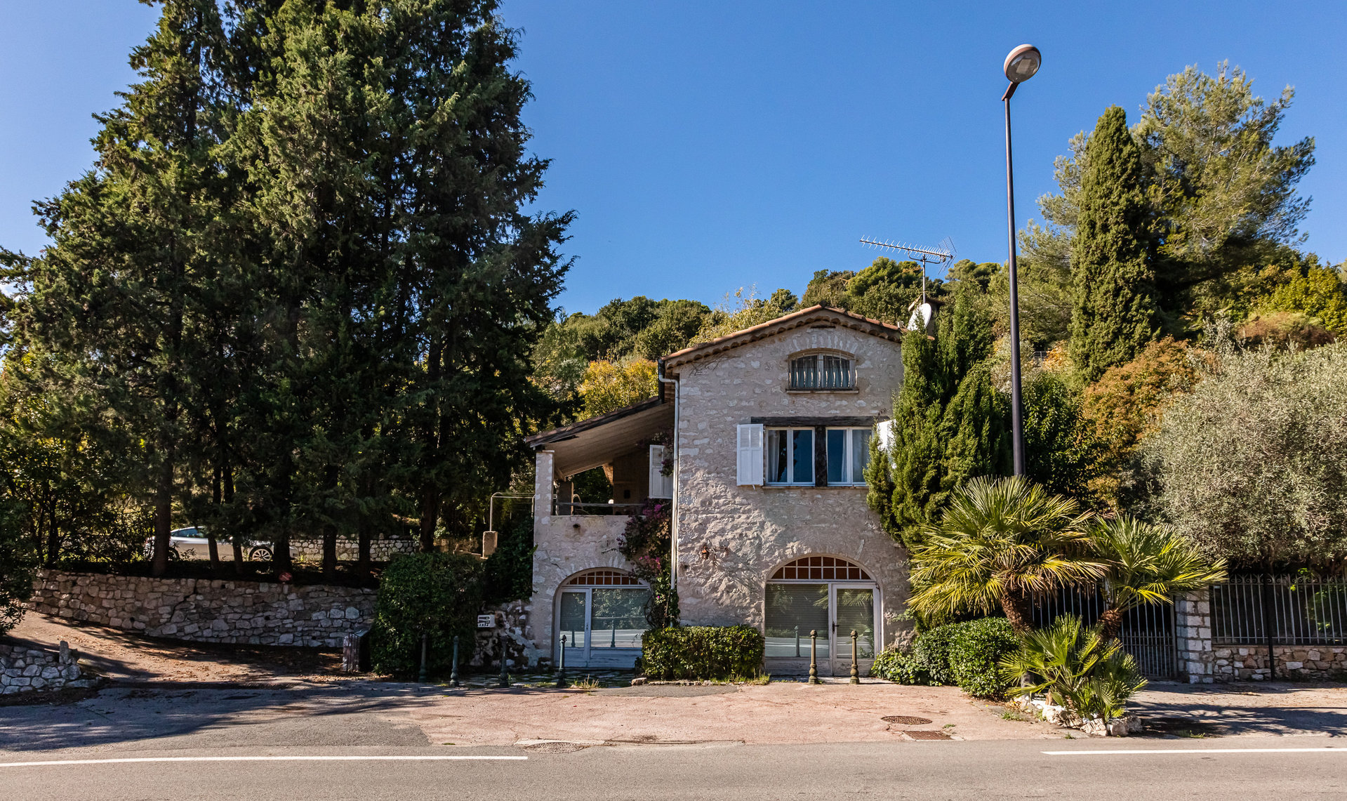 Saint-Paul de Vence, close to the village, beautiful stone built property, two buildings, in 3082 m²