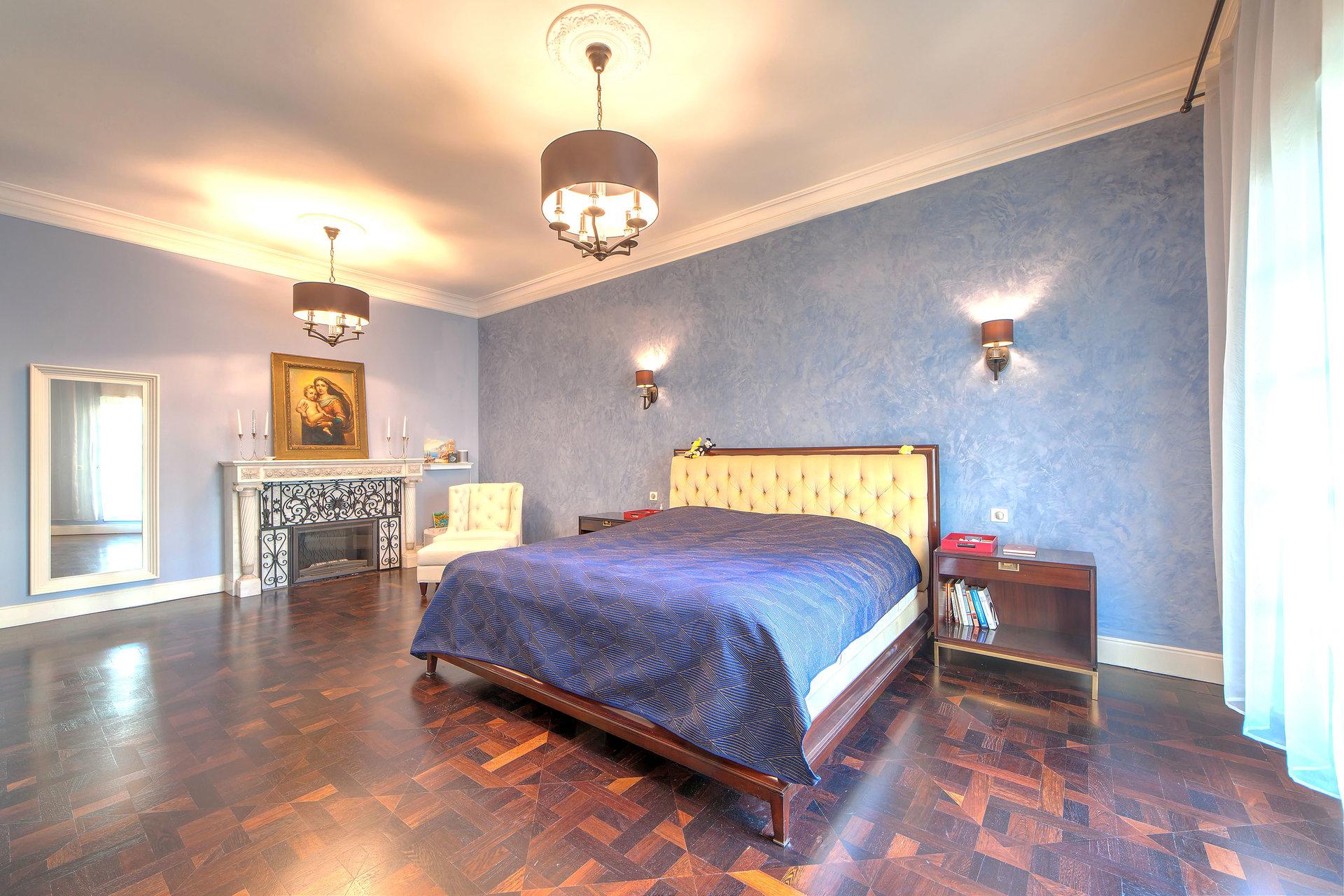 chambre maitre en suite avec sa salle de bain et dressing