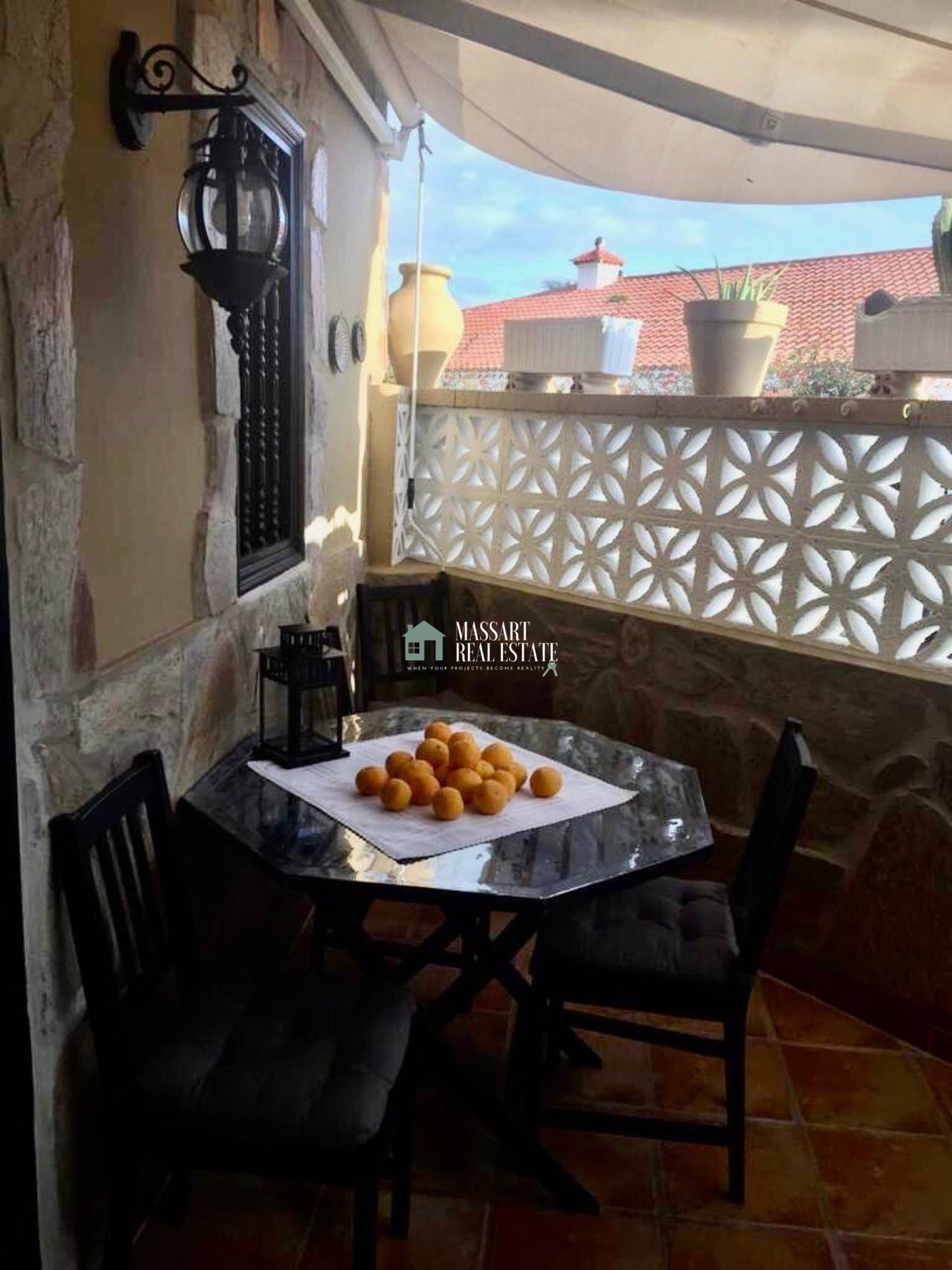 Townhouse on two floors characterized by its peculiar and cozy style and by its strategic location, in the beautiful coastal town of Alcalá.