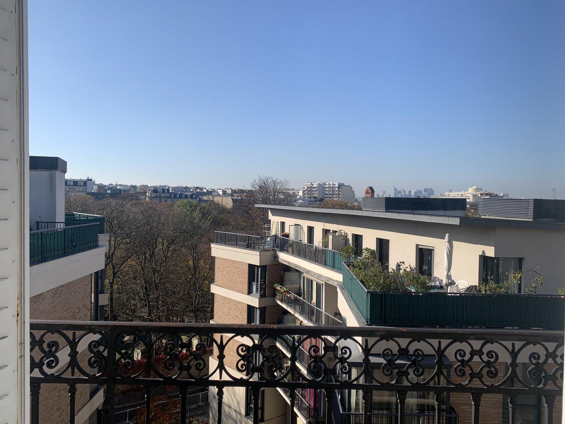 Paris - XVIII ème - M° Lamarck-Caulaincourt / Guy Môquet - CIMETIÈRE MONTMARTRE - 2 PIÈCES - ÉTAGE ÉLEVÉ ASCENSEUR - BALCON VUE CIEL, TOITS ET MONUMENT - CACHET - SOLEIL