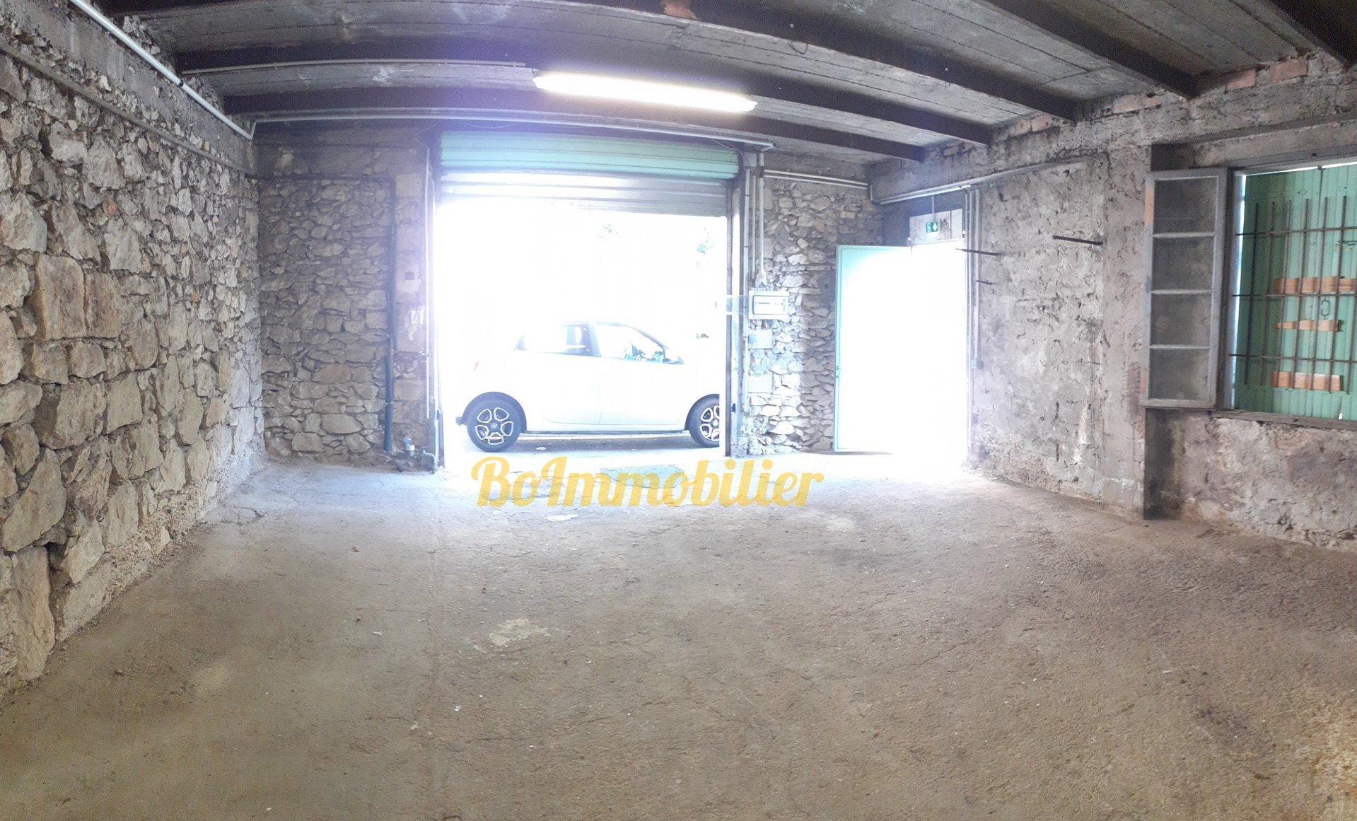 Garage fermé de 60m² avec cave + terrasse