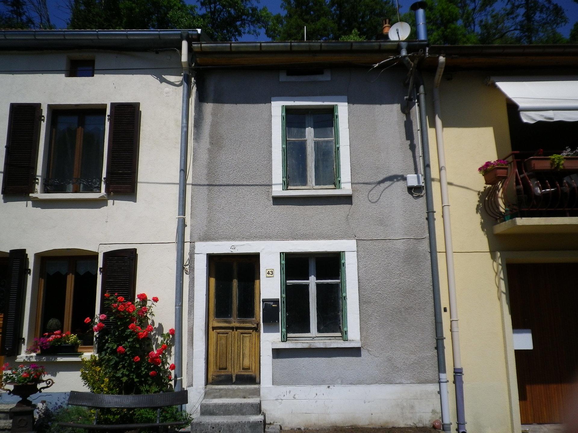 Belle maison à rénover près d'un canal dans les Vosges