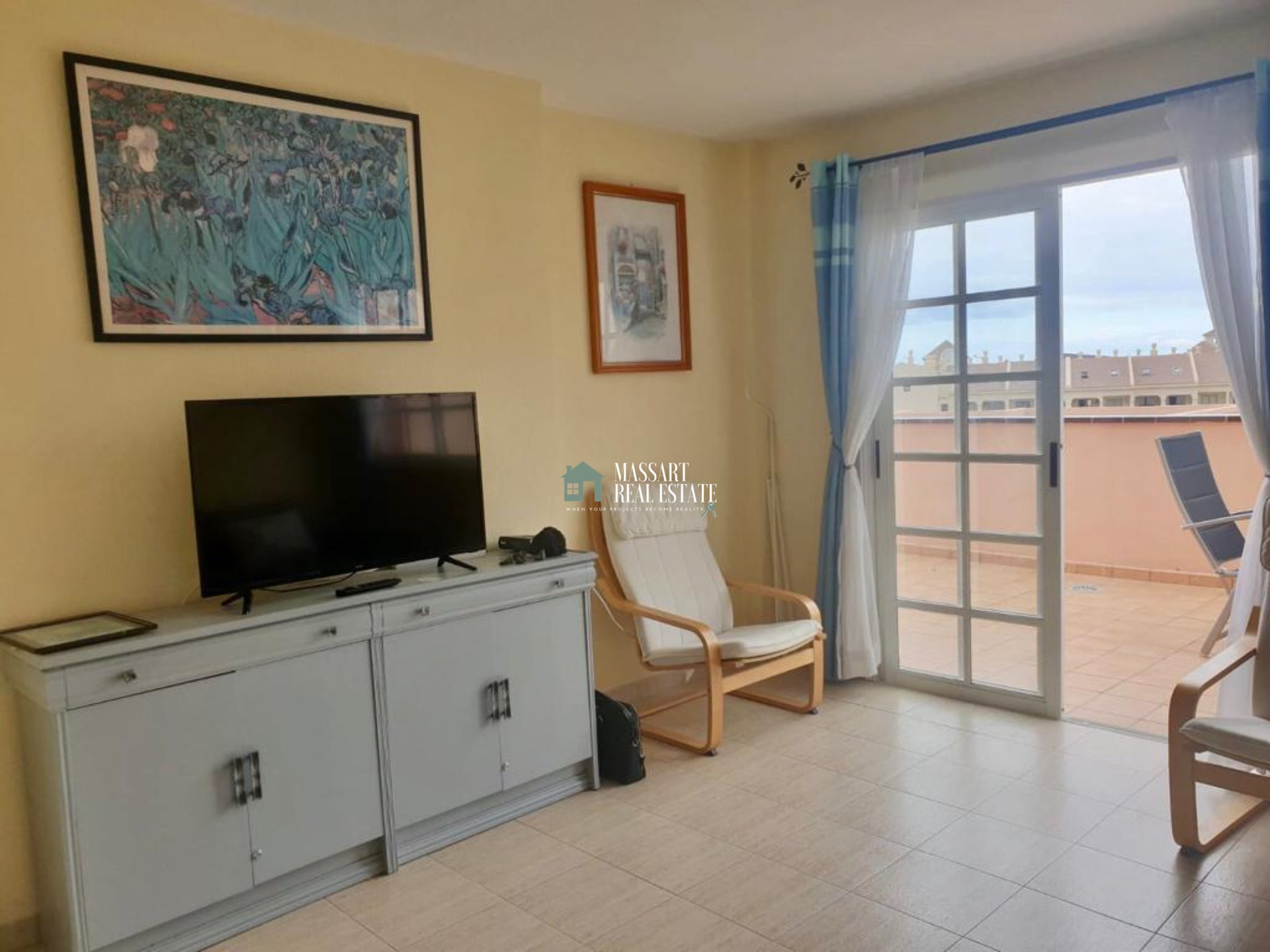 For sale in the popular area of Los Cristianos, in the residential complex The Heights, fully furnished apartment characterized by offering a wonderful 20 m2 terrace.