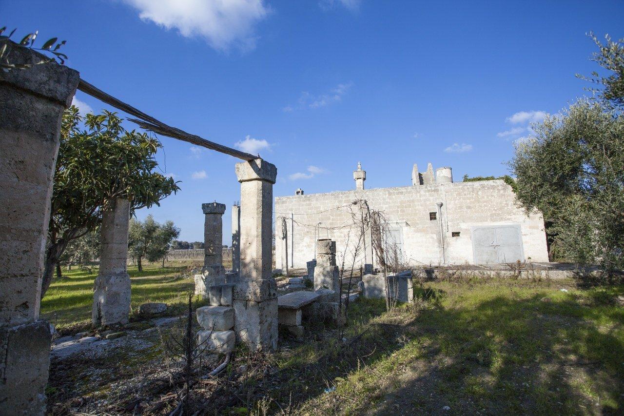 Altes Landhaus mit Nebengebäude und Olivenhain