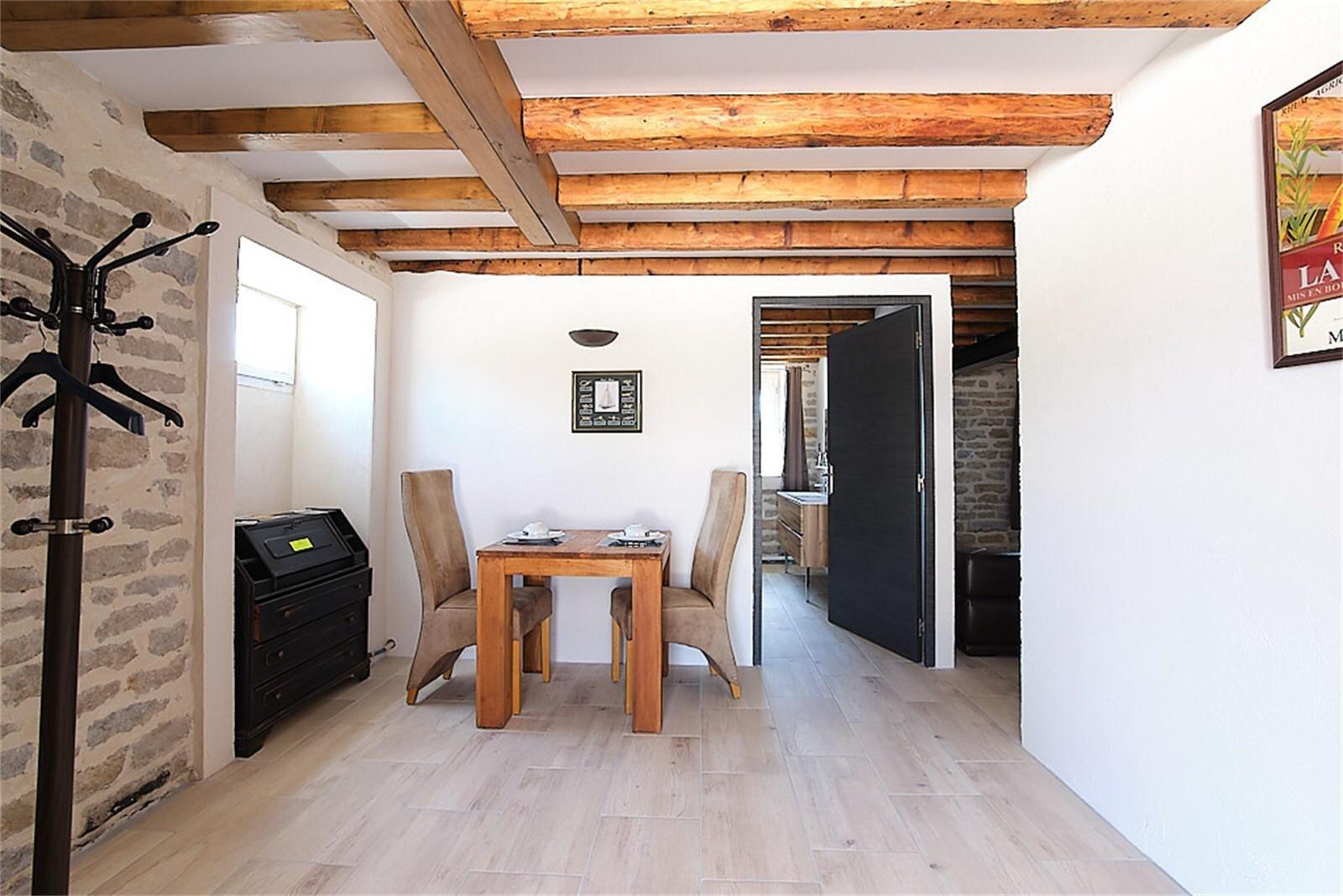 IDEAL CHAMBRES ET TABLE D'HÔTES, à proximité du Centre Historique de TOURNUS, à 30 min de MACON et 1h10 de LYON, proche de la gare et de l?accès autoroute A6. Découvrez cette Propriété de Caractère située sur les bords de Saône, offrant une vue privilégiée sur la vieille ville, dans un cadre calme et verdoyant. Elle est composée de 5 hébergements indépendants, entre 45 m² et 90 m², pour un total de 7 chambres. Un espace séparé, aménagé en restaurant avec cuisines et deux vérandas, s?ouvre sur le jardin arboré et les berges. L?aménagement de cette propriété offre de nombreuses possibilités d?exploitation : chambres d?hôte, gîtes, salle de réception, séminaires, restaurant, demeure familiale. Son emplacement privilégié, sa rareté, son charme et sa rénovation récente, alliant authenticité et esprit contemporain, font de cette propriété un lieu d?exception, d?où vous profiterez pleinement de la sérénité des bords de rivière. Honoraires à la charge du vendeur.