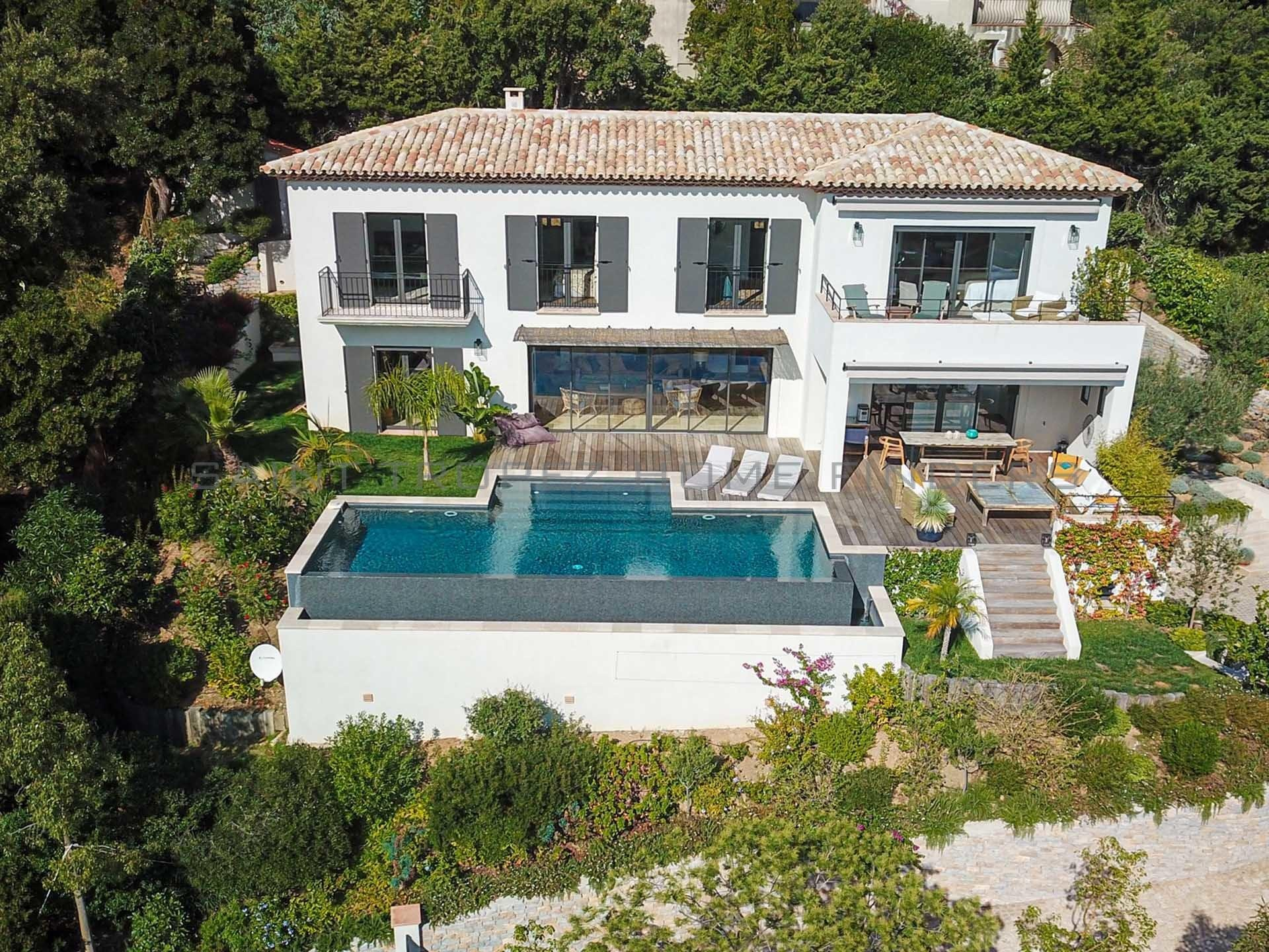 Exclusivity: Villa with panoramic sea view