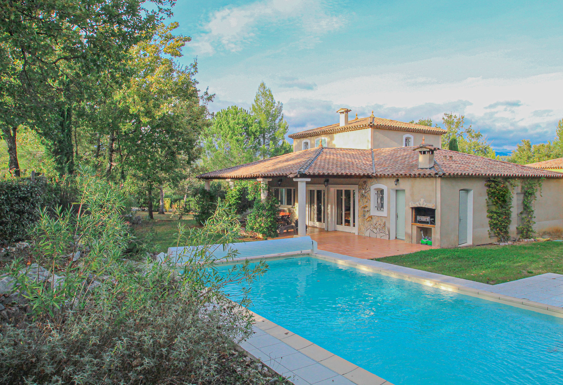 Villa with pool and garage
