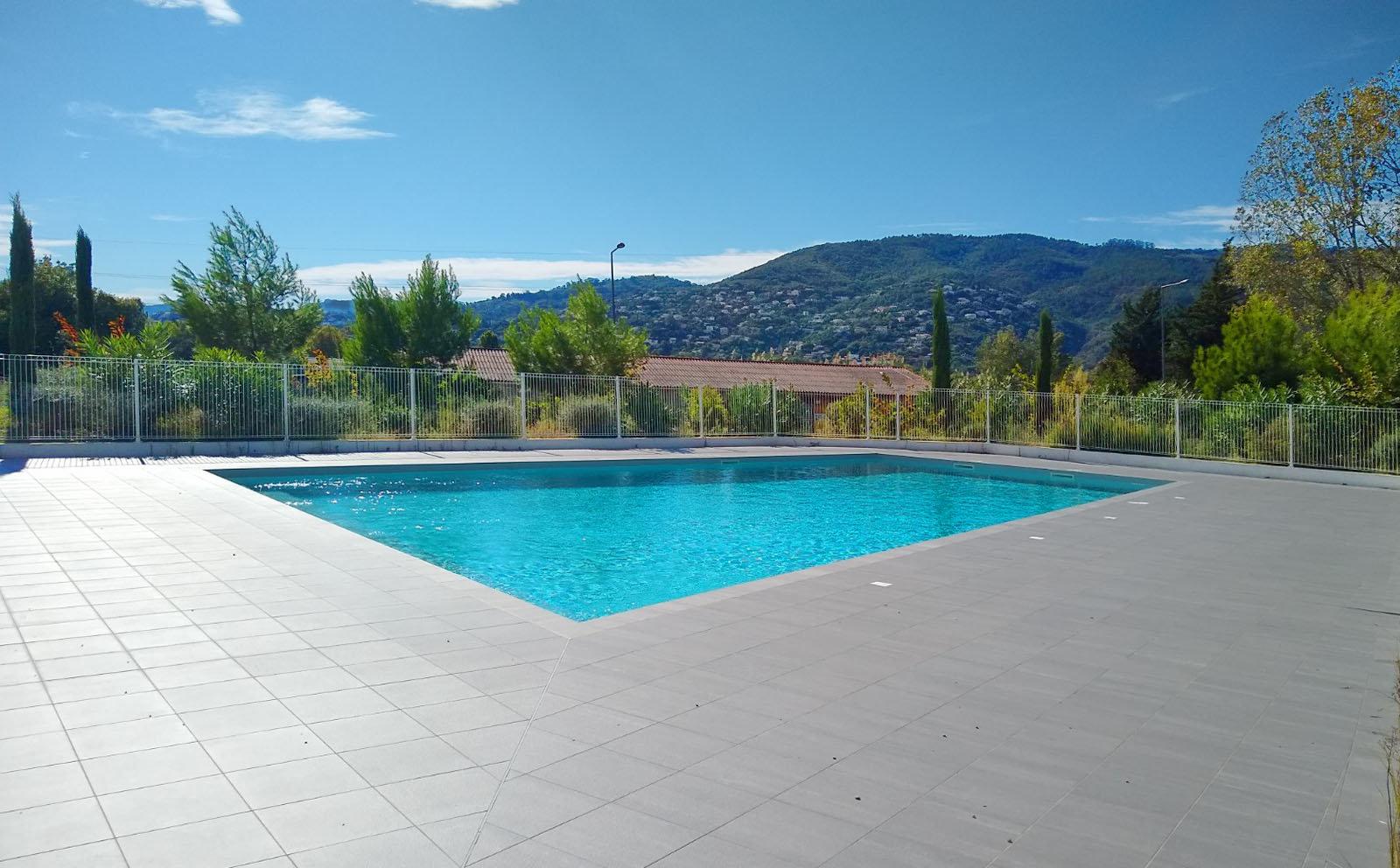 Neuwertiger Zustand, Hanglage mit Blick auf die Berge, in einer Residenz mit Swimmingpool: