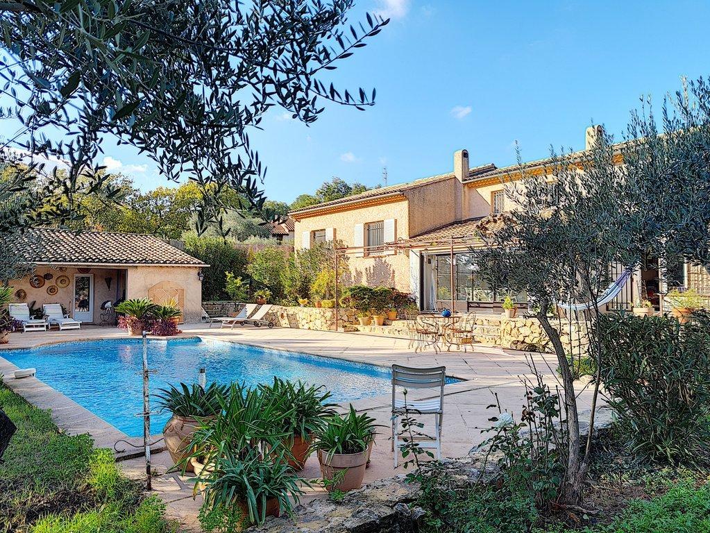 LORGUES a pied du cv, spacieuse villa avec piscine