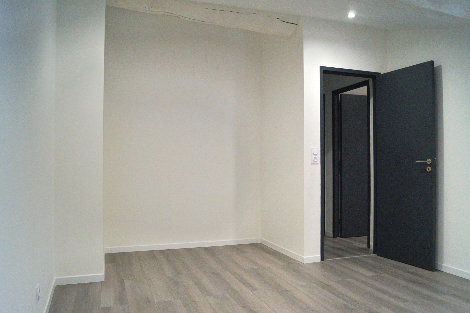 En plein coeur du centre ville de MACON, découvrez cet appartement 4 pièces de 120 m² au sol (108 m² Carrez), entièrement rénové. Situé au 3ème et dernier étage d'une petite copropriété, il bénéficie d'une grande pièce de vie de 56m², avec cuisine équipée, espace salon, séjour et cellier. Un dégagement central dessert deux belles chambres, une salle de bains avec douche italienne, un WC séparé, et un bureau pouvant servir de troisième chambre. Vous apprécierez les volumes et hauteurs sous plafond, la modernité et la qualité de la rénovation. Un espace grenier vient compléter cet appartement spacieux, atypique et confortable. Bien soumis au régime de la copropriété, nombre de lots 4, montant des charges 200 euros par an. Honoraires à la charge du vendeur.