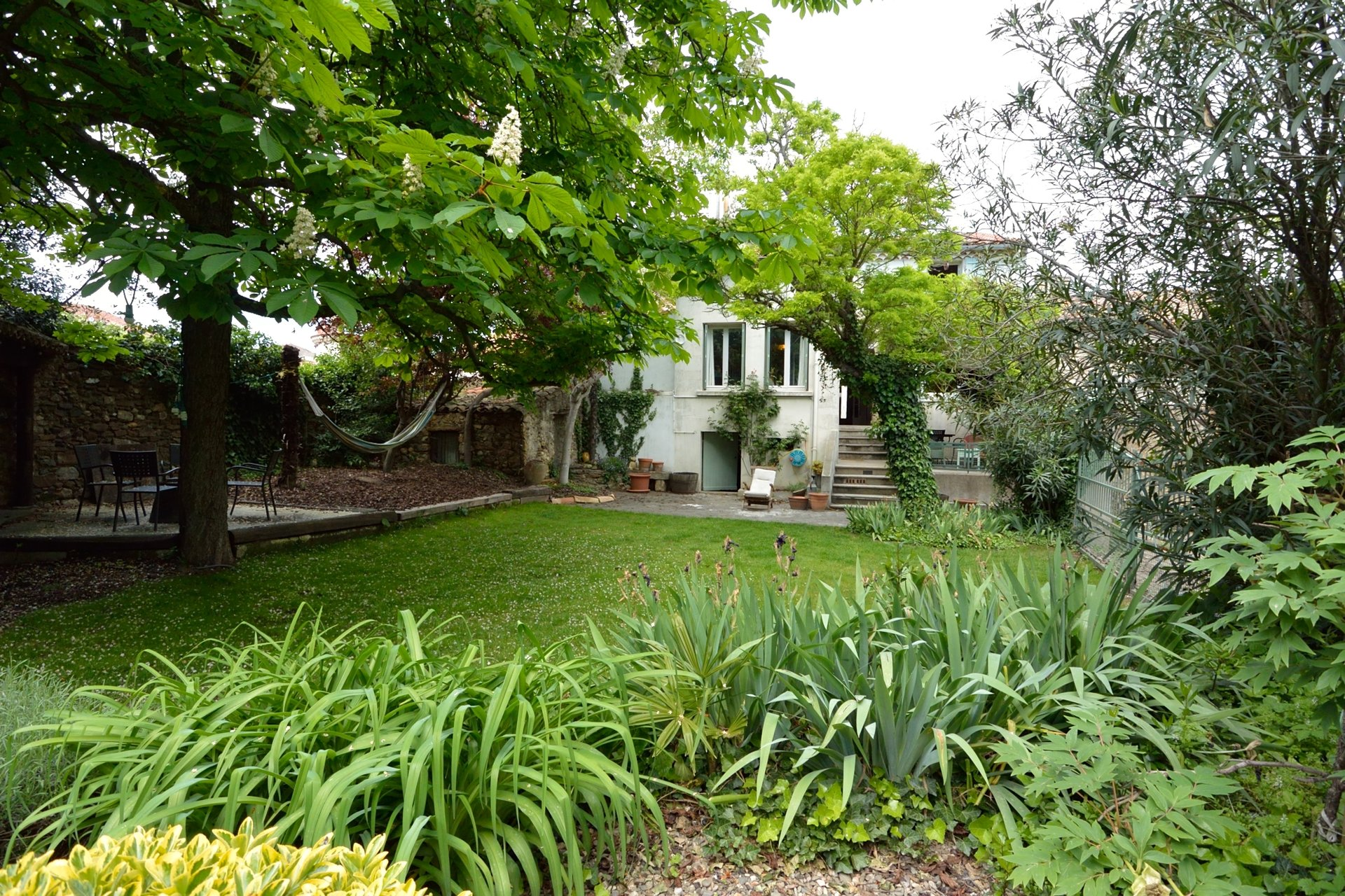 Rare! Winemakers house with large garden, barn and possibilily of pool.