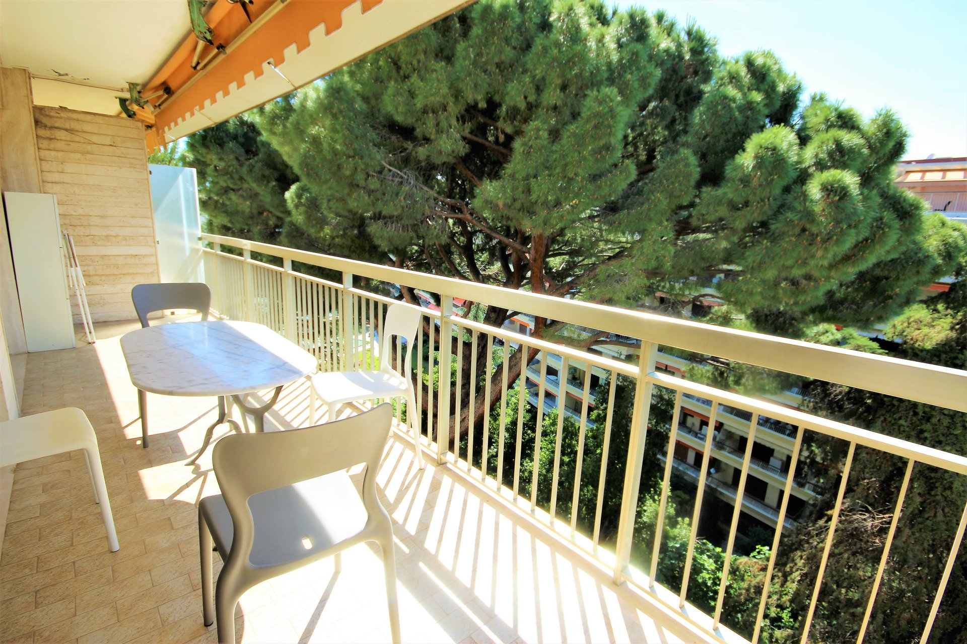 CANNES SALE 2 ROOMS CLOSE TO THE CENTRE IN ABSOLUTE CALM IN A LUXURY RESIDENCE