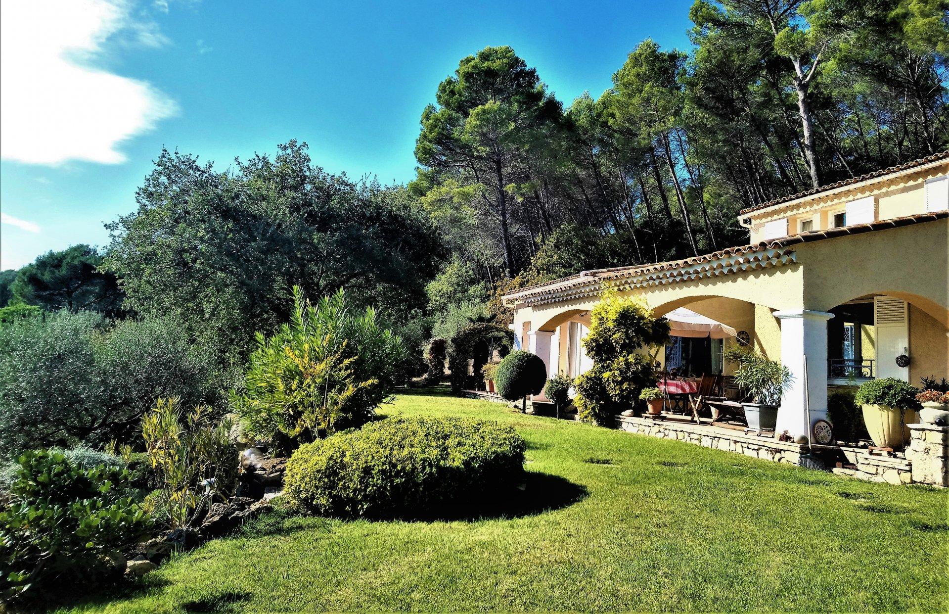 Vue panoramique depuis cette magnifique villa de 239 m², 2 niveaux, sur 17 000 m² de terrain, datant de 1990, située à LORGUES.