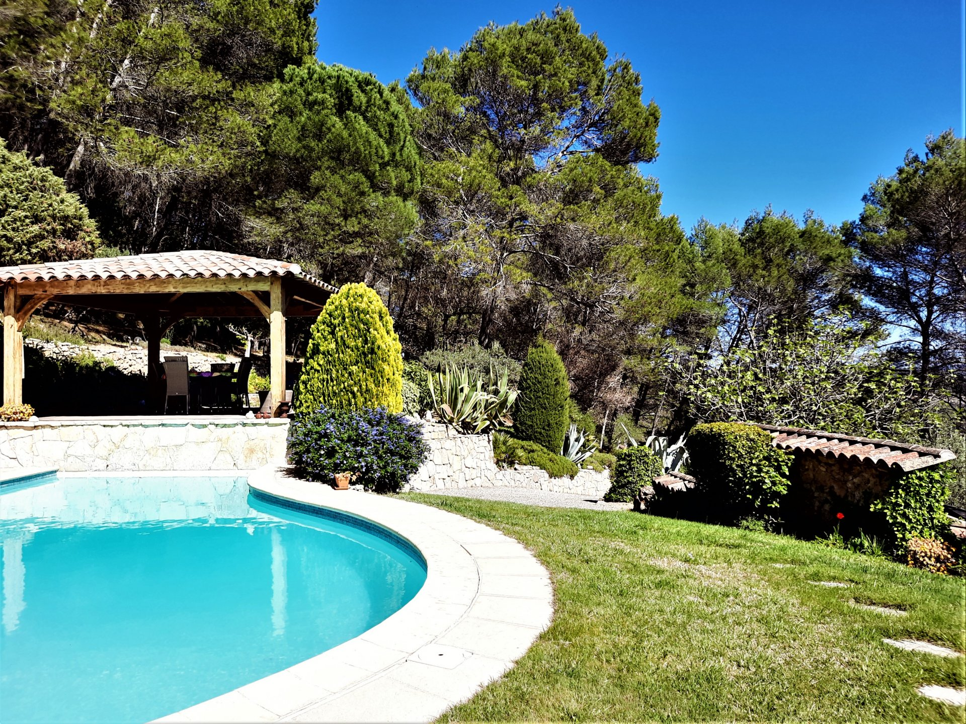 Panoramic view from this magnificent villa of 239 m², 2 levels, on 17,000 m² of land, dating from 1990, located in LORGUES.