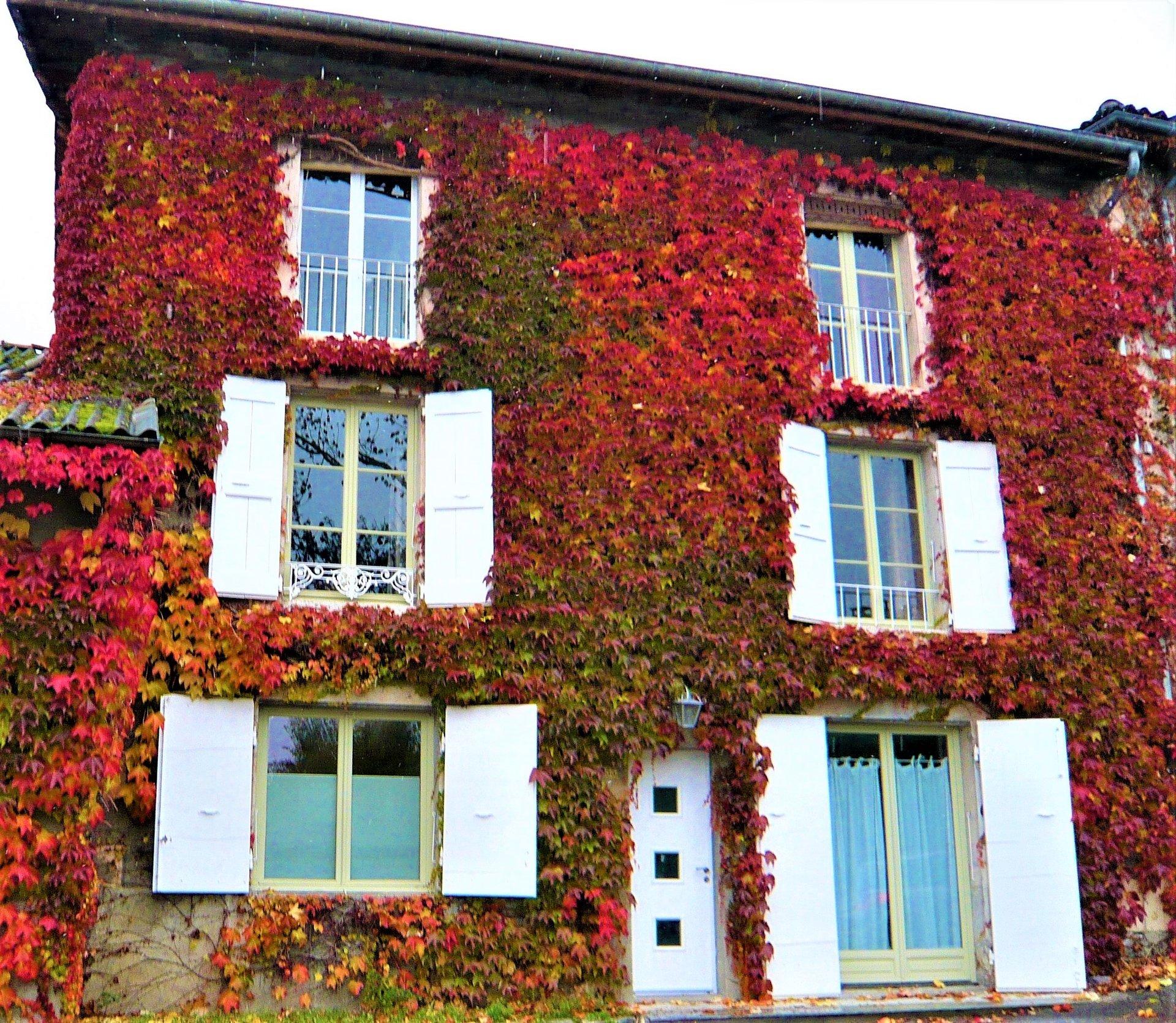 La ravissante façade aux couleurs d'automne