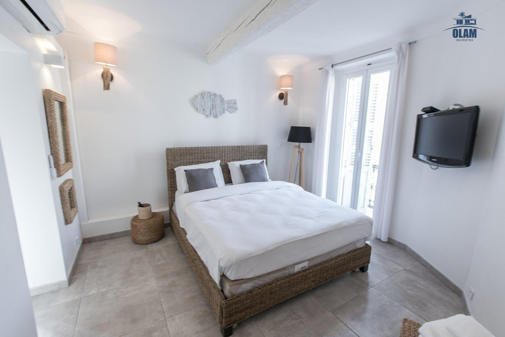 Bright and modern 1 BR  with balcony, sleeps 4