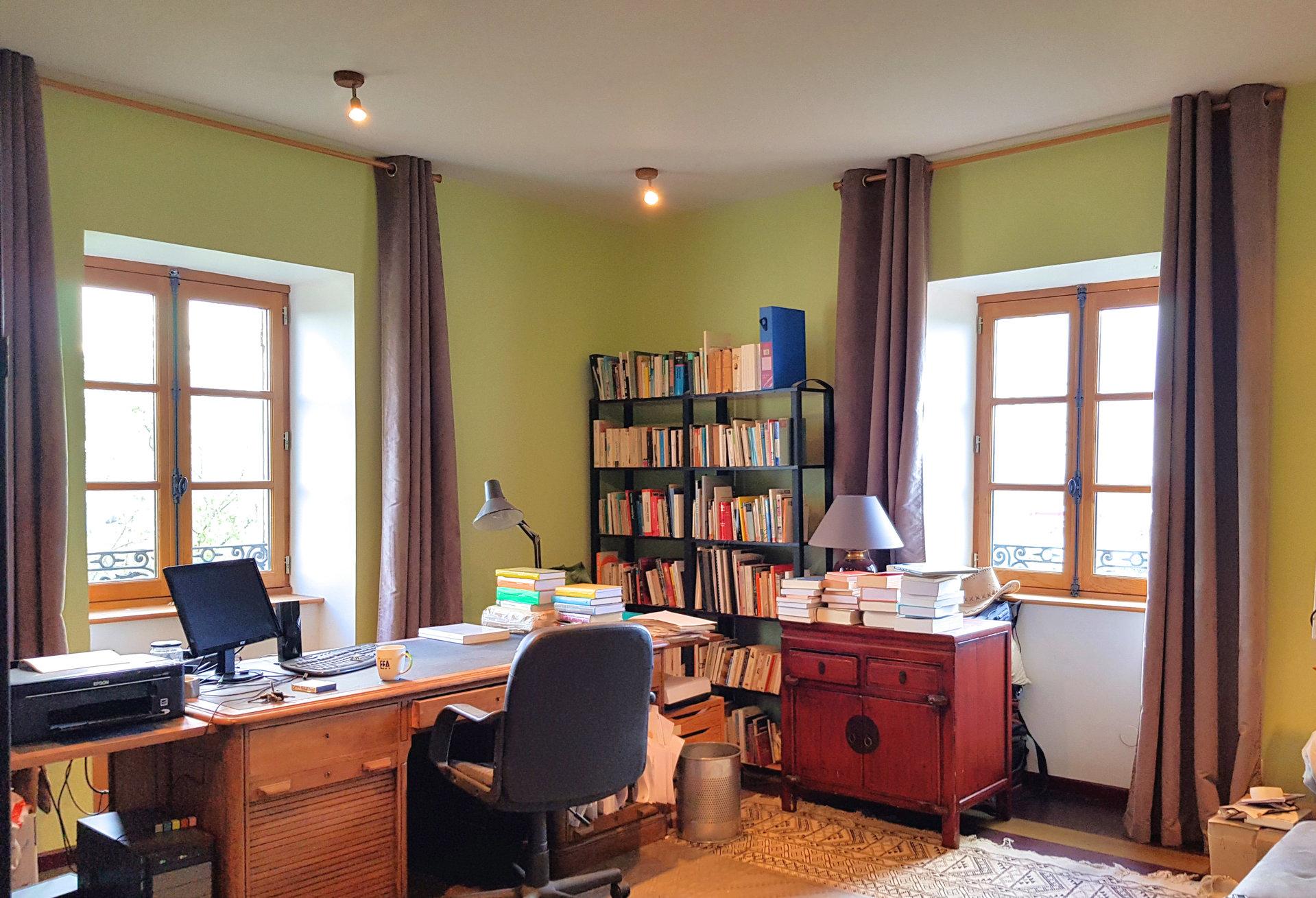 Découvrez cette demeure exceptionnelle du 18ème, située proche des grands axes routiers (45 minutes de Lyon) et de la gare TGV (1h40 de Paris). Cette bâtisse en pierre a été entièrement rénovée, associant le confort et le charme de l?ancien. D'une surface totale de 350 m² environ, elle est élevée sur trois niveaux. Elle comprend un vaste salon de 50 m², une salle à manger, une cuisine indépendante équipée, une bibliothèque, un bureau, une buanderie, 5 chambres, 2 salle de bains et une suite parentale avec salle de bains et dressing. Vous apprécierez sa grande salle de sport pouvant servir d?atelier d?artiste, de salle de musique ou de dortoir familial. Les pièces de vie sont ouvertes sur un grand jardin arboré et verdoyant de 5700 m². De nombreuses possibilités d'exploitation sont envisageables, avec des espaces pouvant être indépendants. Vous apprécierez la qualité de la rénovation, l'originalité, et le charme de ce bien exceptionnel. Honoraires d?agence à la charge du vendeur.