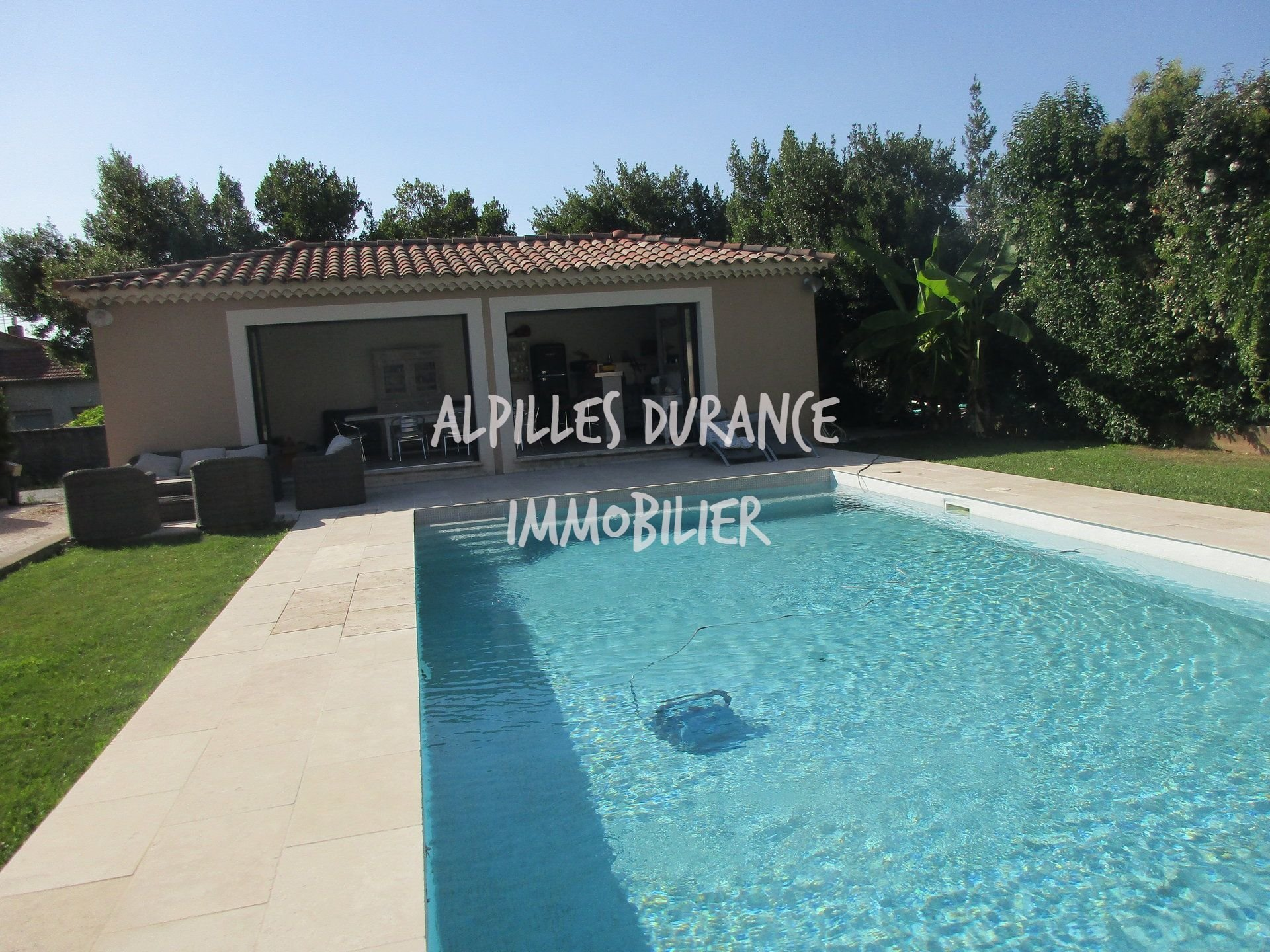 EYRAGUES Villa with studio, pool and pool house