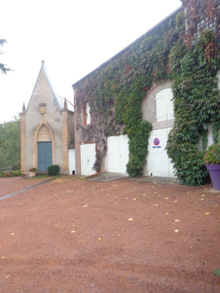 ROANNE Propriété viticole avec habitation, maison d'amis, chapelle
