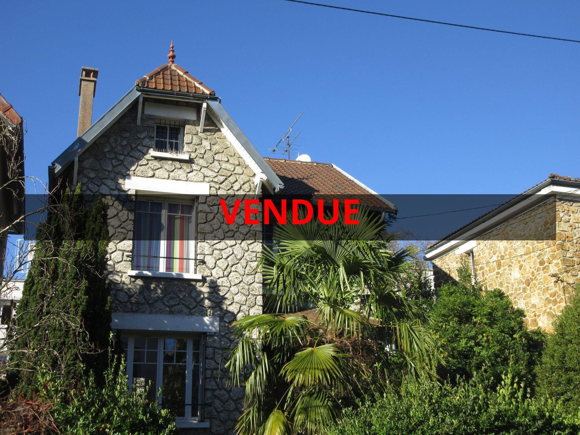 Promesse de vente signée. Exclusivité ! 13 min RER, bas de Chatou, maison au calme et lumineuse.