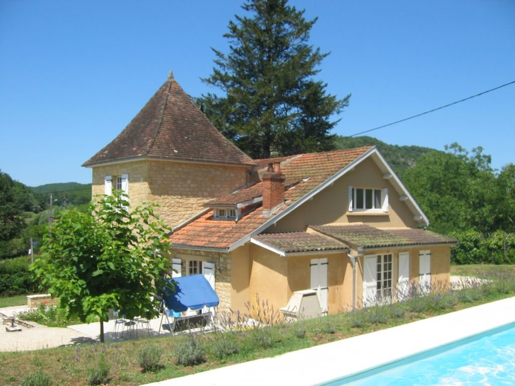 DORDOGNE - House with tower, garage and pool on 1.874 m2