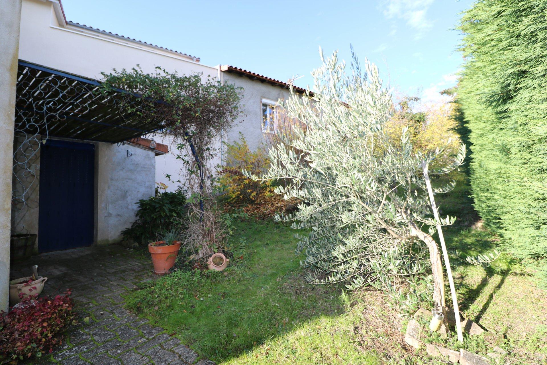 Vaste maison avec jardin et garage