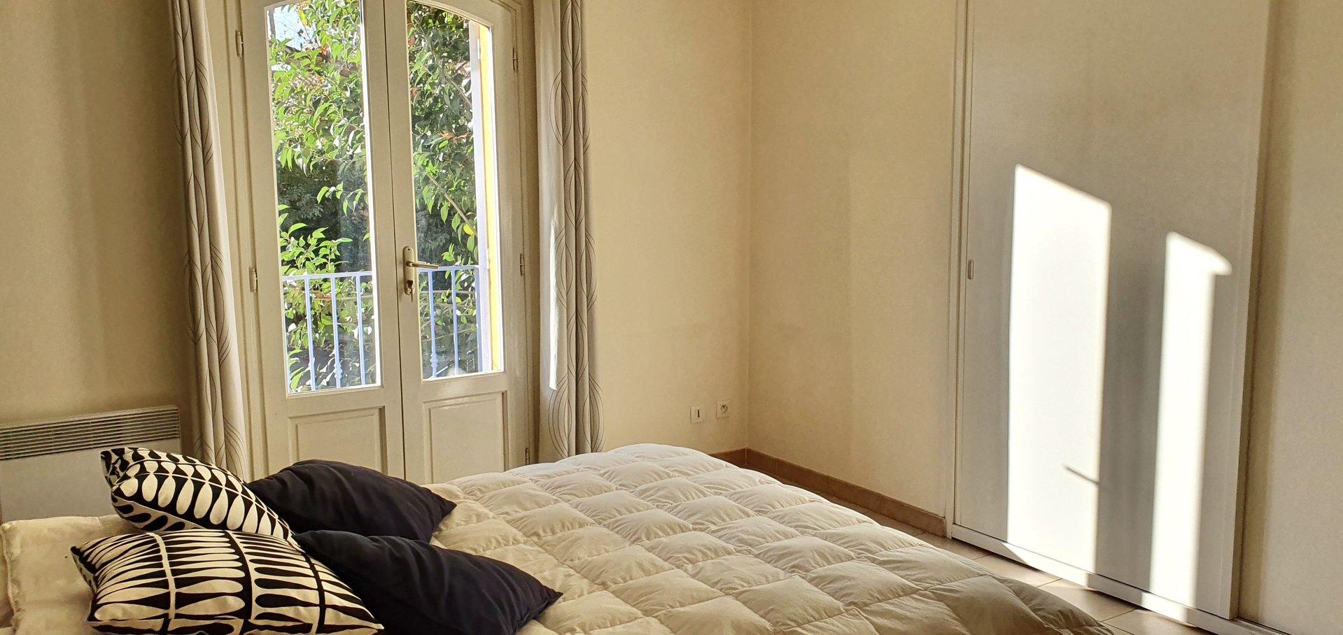 Appartement dans le vieux village de 70m2, 2 chambres au 1er étage.