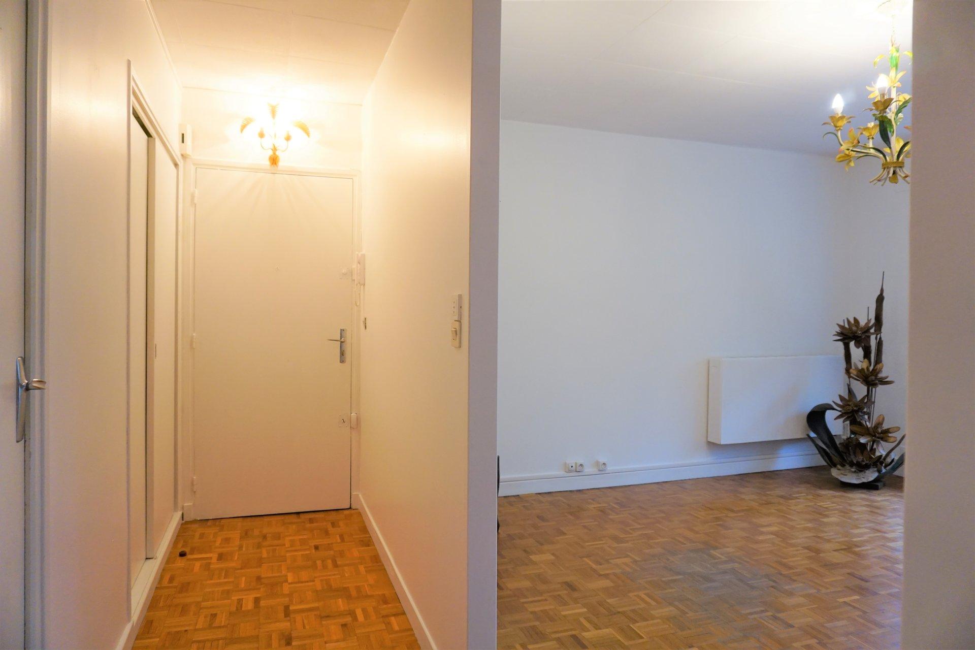 L'entrée, le placard et l'ouverture sur le séjour