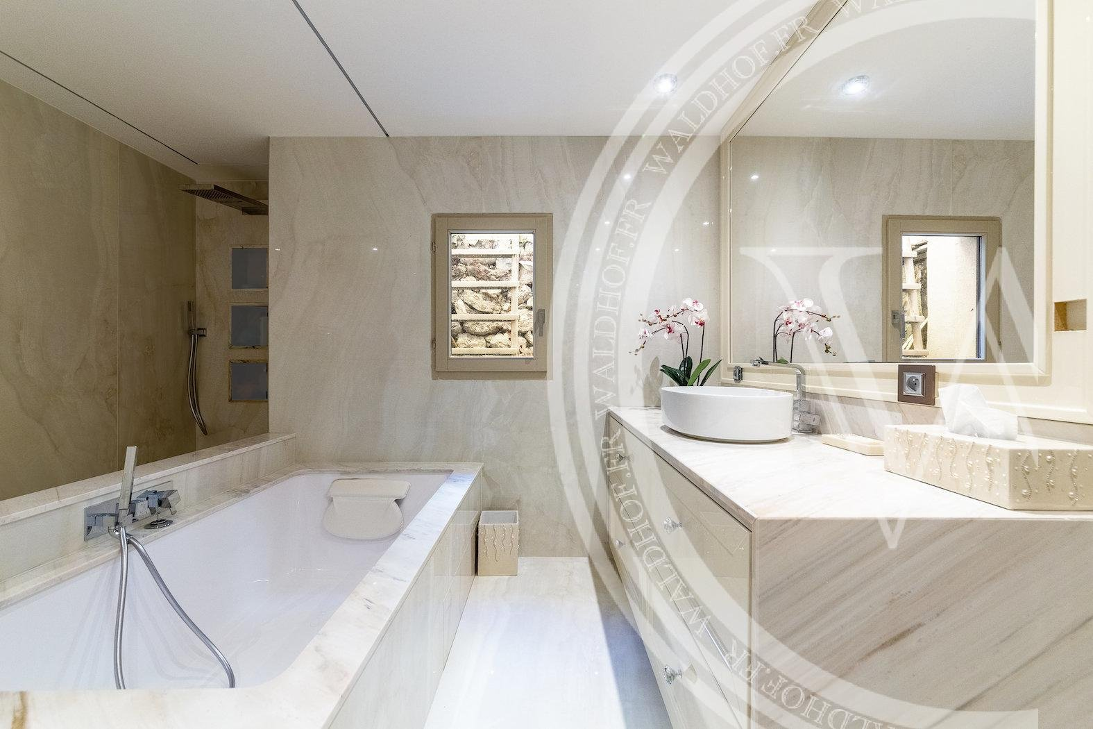 Fully renovated 445 m2 villa just 700 meters from Monaco